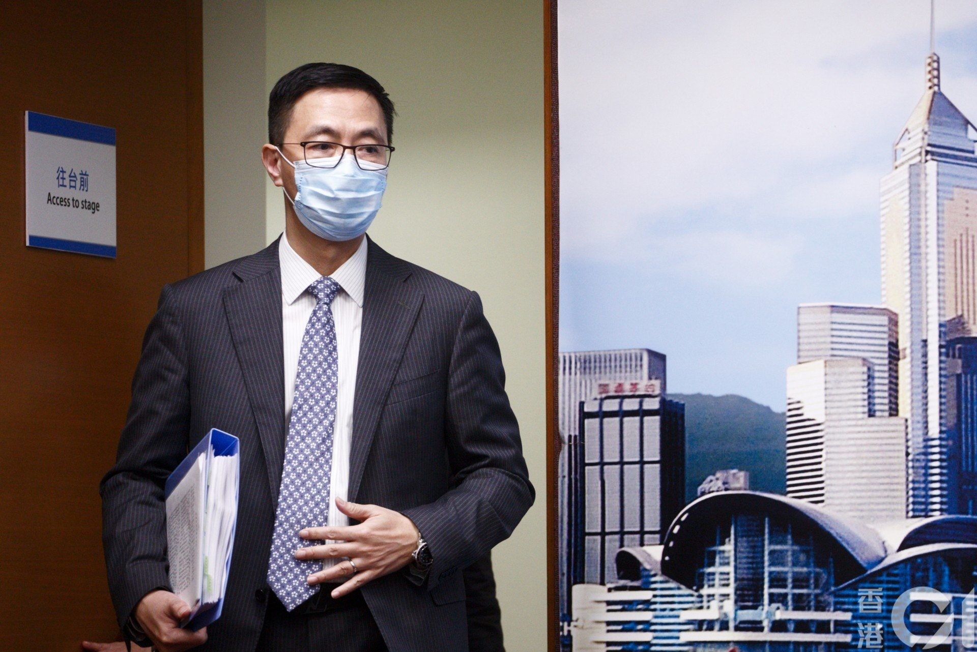 教育局局長楊潤雄表示下周一會派出教育局質素監管人員調查,了解考評局出題與審題的機制。(余俊亮攝)