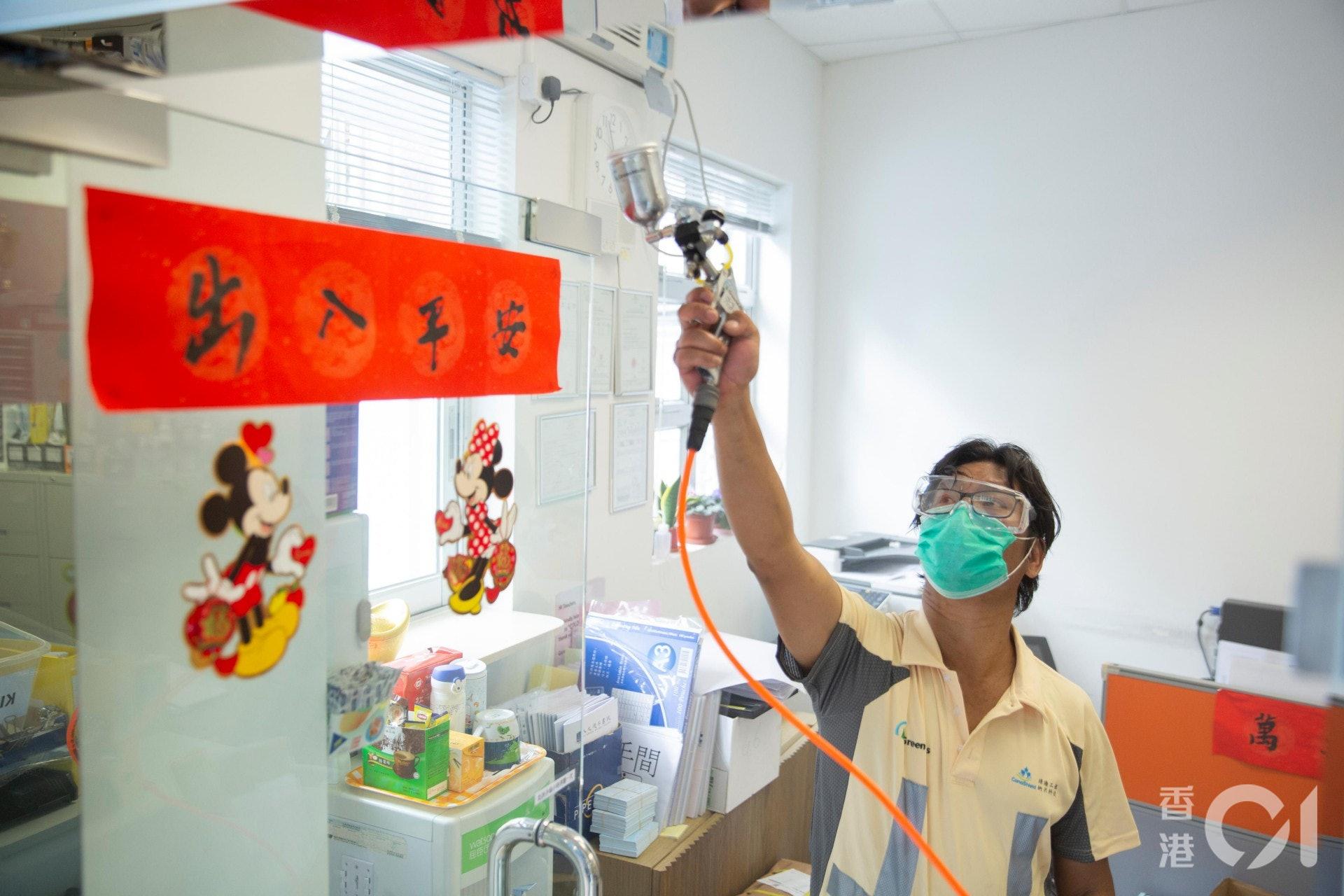 德萃小學邀請綠牆納米科技公司為辦公室、樓梯及部分班房噴上「納米光電觸媒」塗層消毒及抗菌。(龔嘉盛攝)