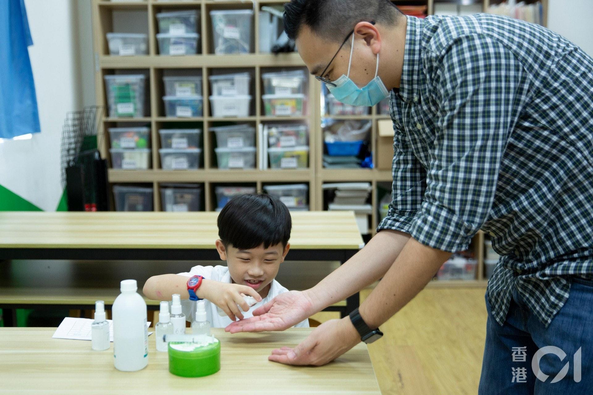 小一生佑男期望在復課後能與同學分享心得,兼製作搓手液送給有需要同學。(龔嘉盛攝)