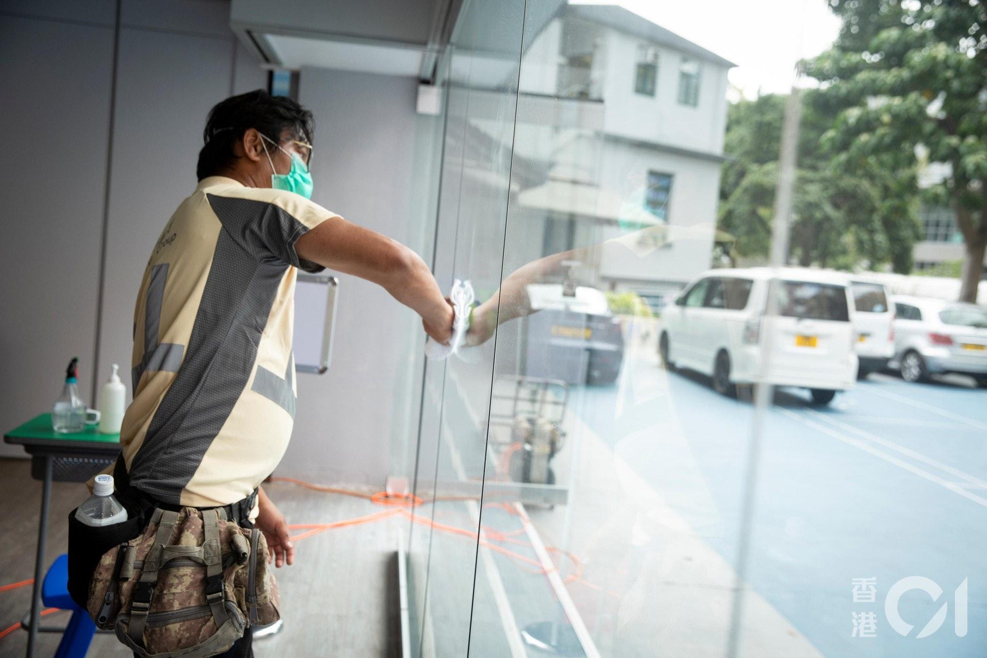 德萃小學邀請科技公司為辦公室、樓梯及部分班房噴上「納米光電觸媒」塗層消毒及抗菌。(龔嘉盛攝)