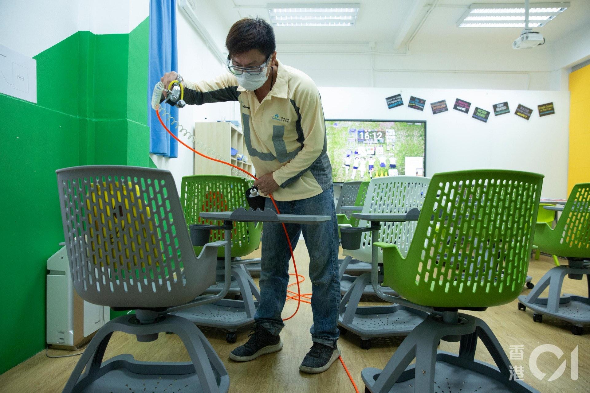公司董事總經理鄭良仁表示,「納米光電觸媒」塗層有效期最長可達5年,班房內枱櫈等經常接觸的地方,有效期一般為1年。(龔嘉盛攝)