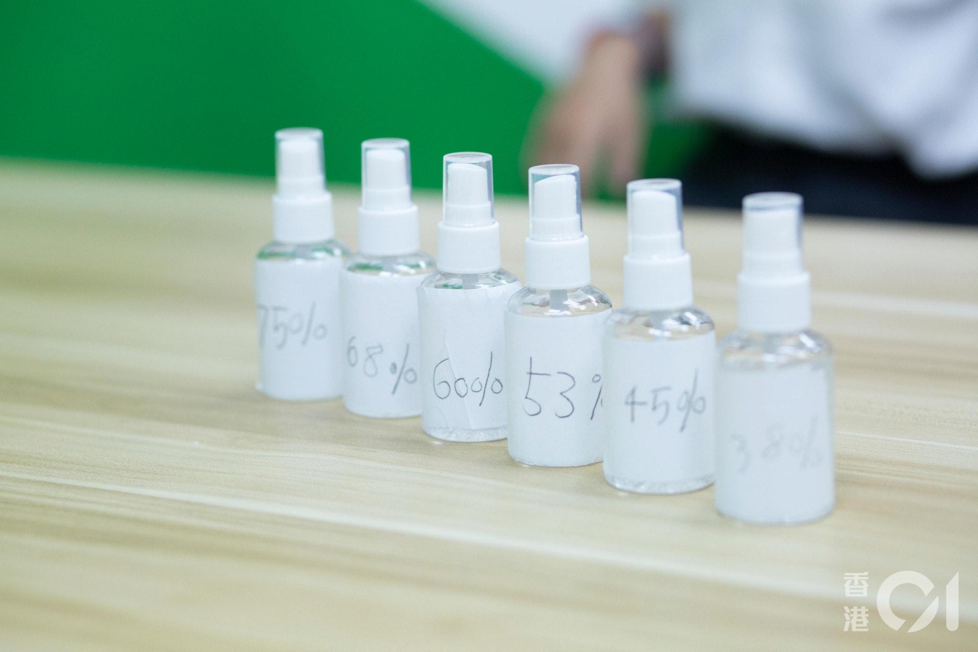 在停課期間,校方其中一項科學功課要求學生進行「公平測試」,其中有小一學生以酒精搓手液最佳濃度作研習主題。(龔嘉盛攝)