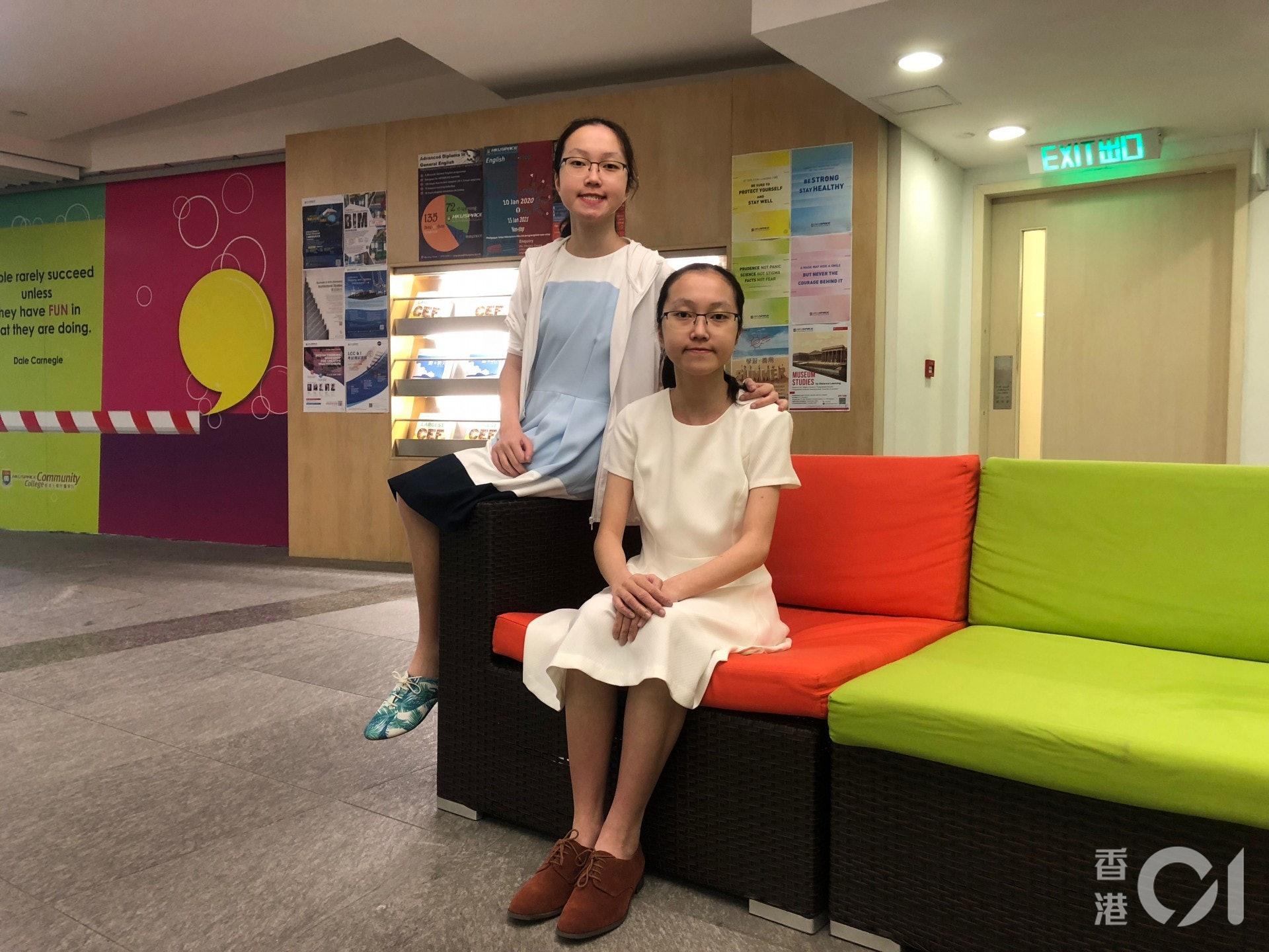妹妹梁詠琪(圖左)在父母期望下勉強接受學位,入學後依然對課程倍感抗拒,修讀一個學期後終申請退學,與姊姊一同重考文憑試。(胡家欣攝)