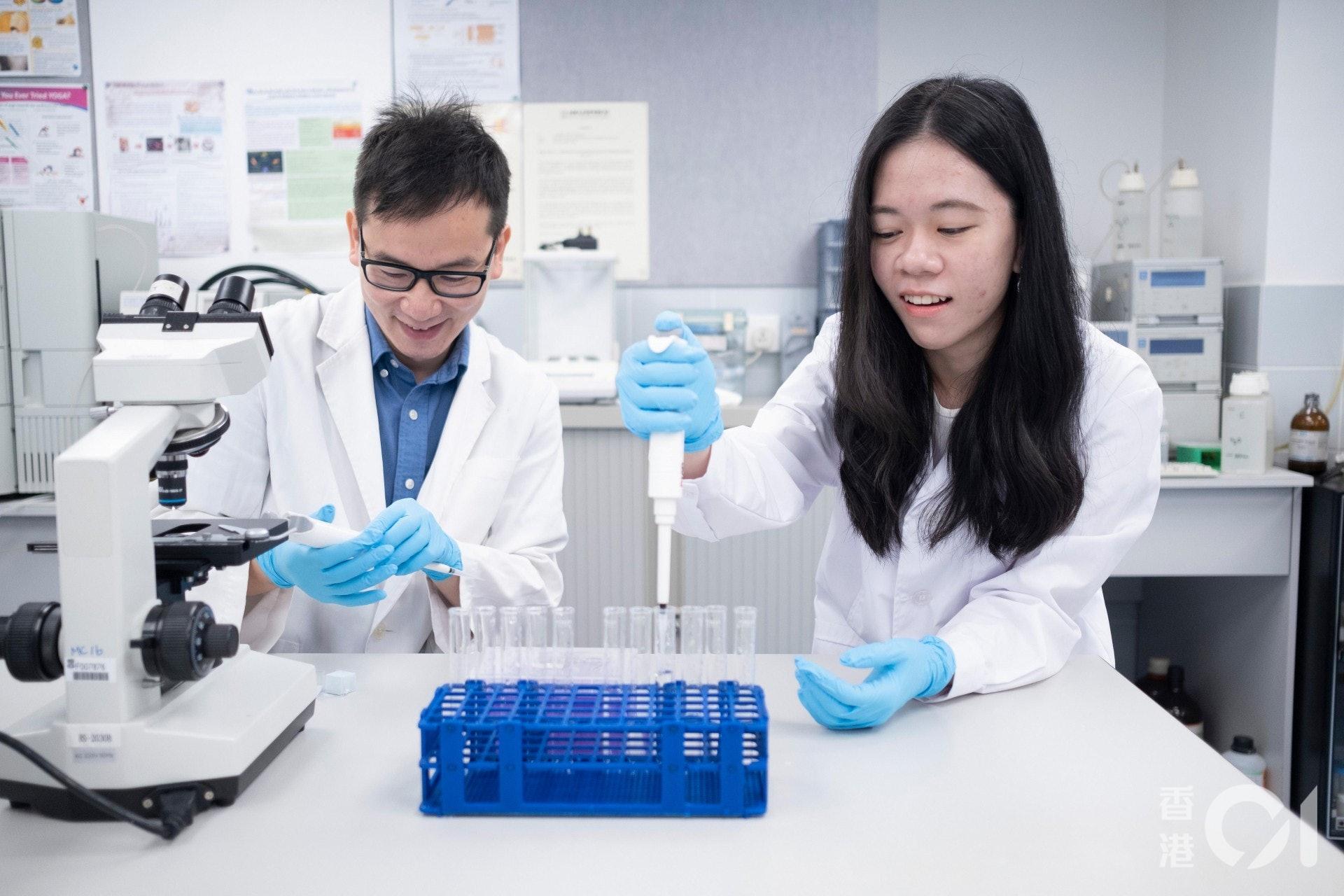 港大附属学院高级讲师吴世明(左)表示,生物医学课程适合对生物、化学、疾病及人体生理学有兴趣的理科生入读。(罗君豪摄)