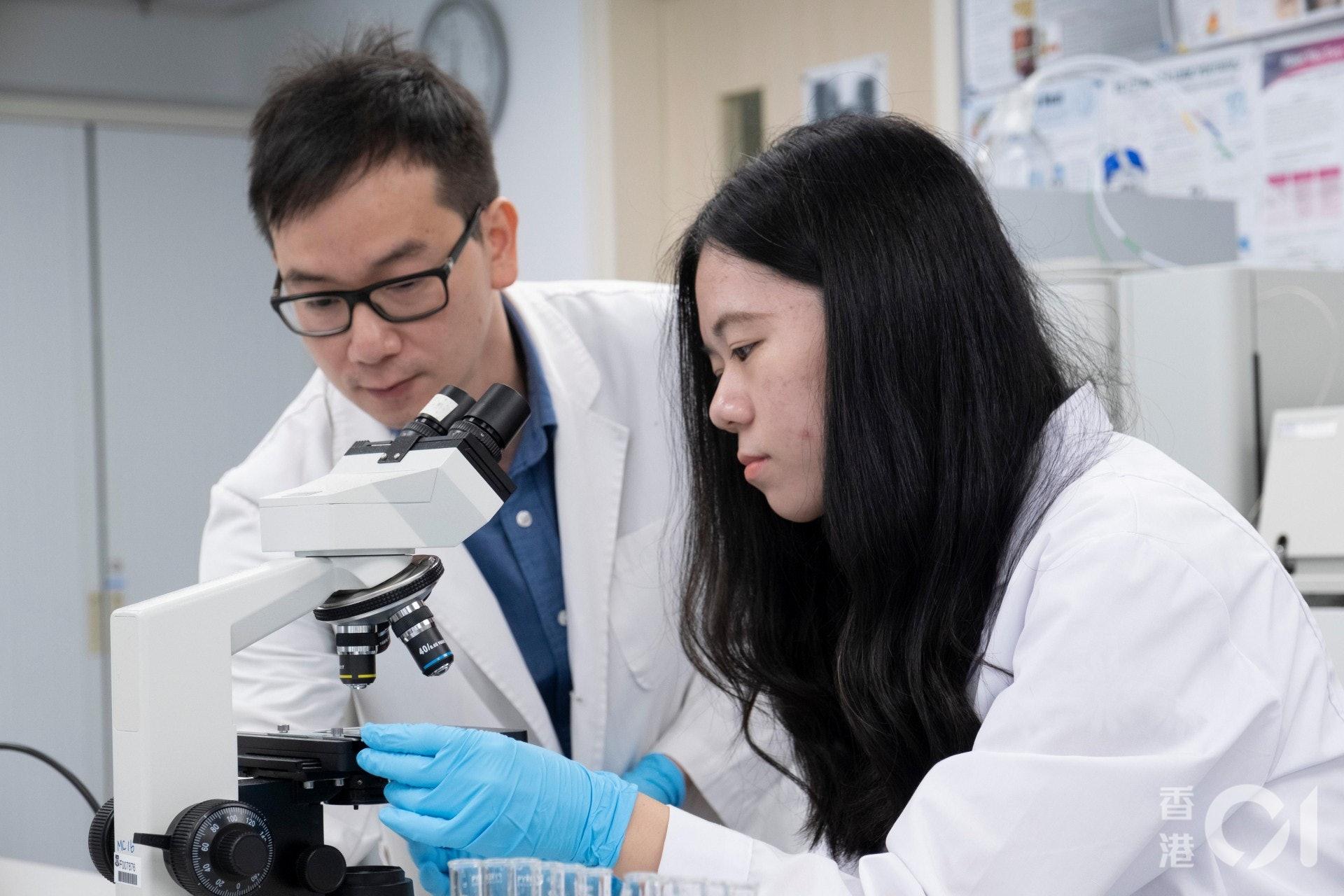 根据学院资料,生物医学科学副学士课程2019年毕业生的总升学率为87%,当中升读政府资助学士学位课程的比率为71%。(罗君豪摄)