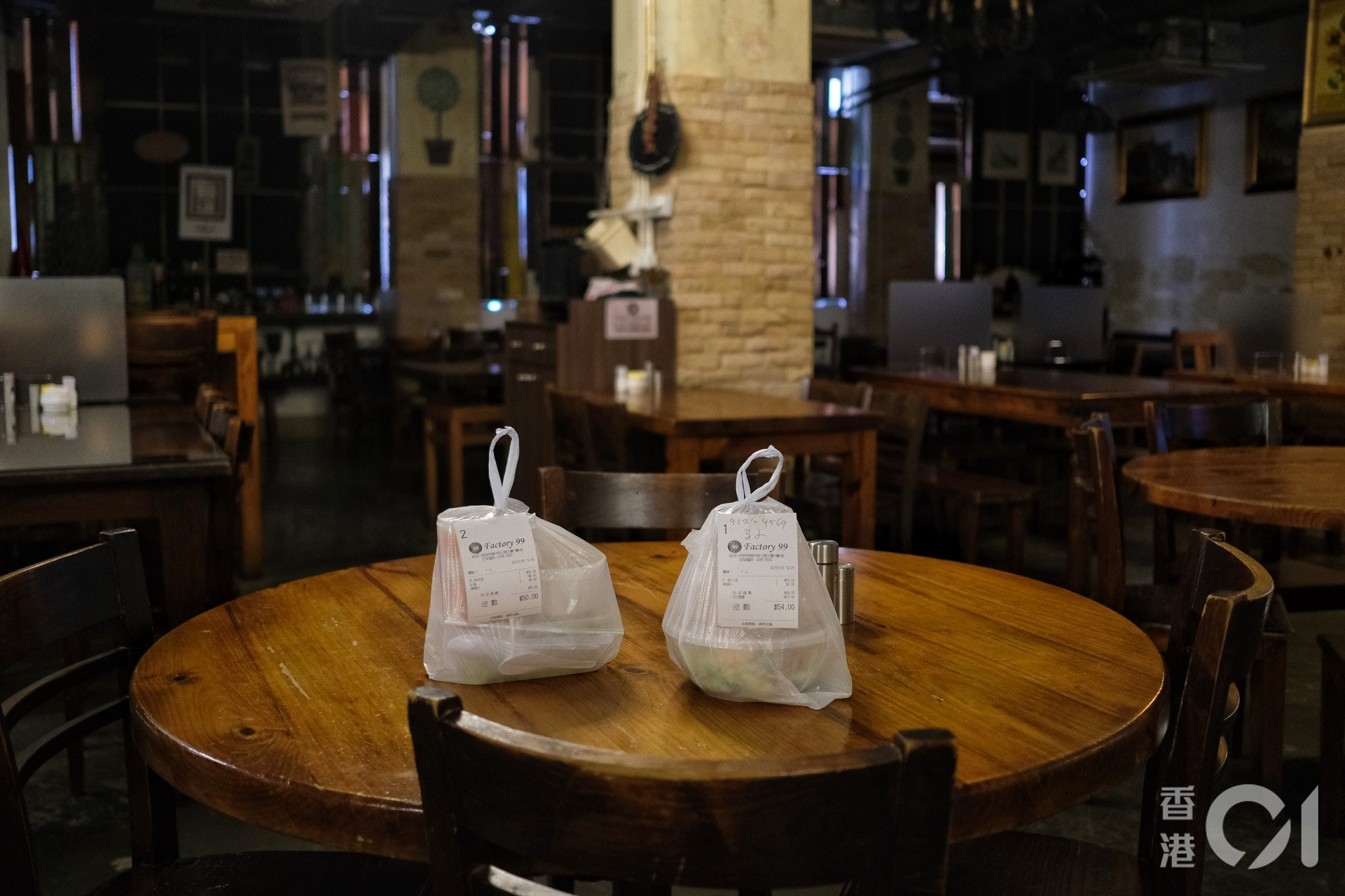7月30日,全日禁堂食令生效第二日;政府宣布7月31日起食肆可恢復日間堂食服務。(羅君豪攝)