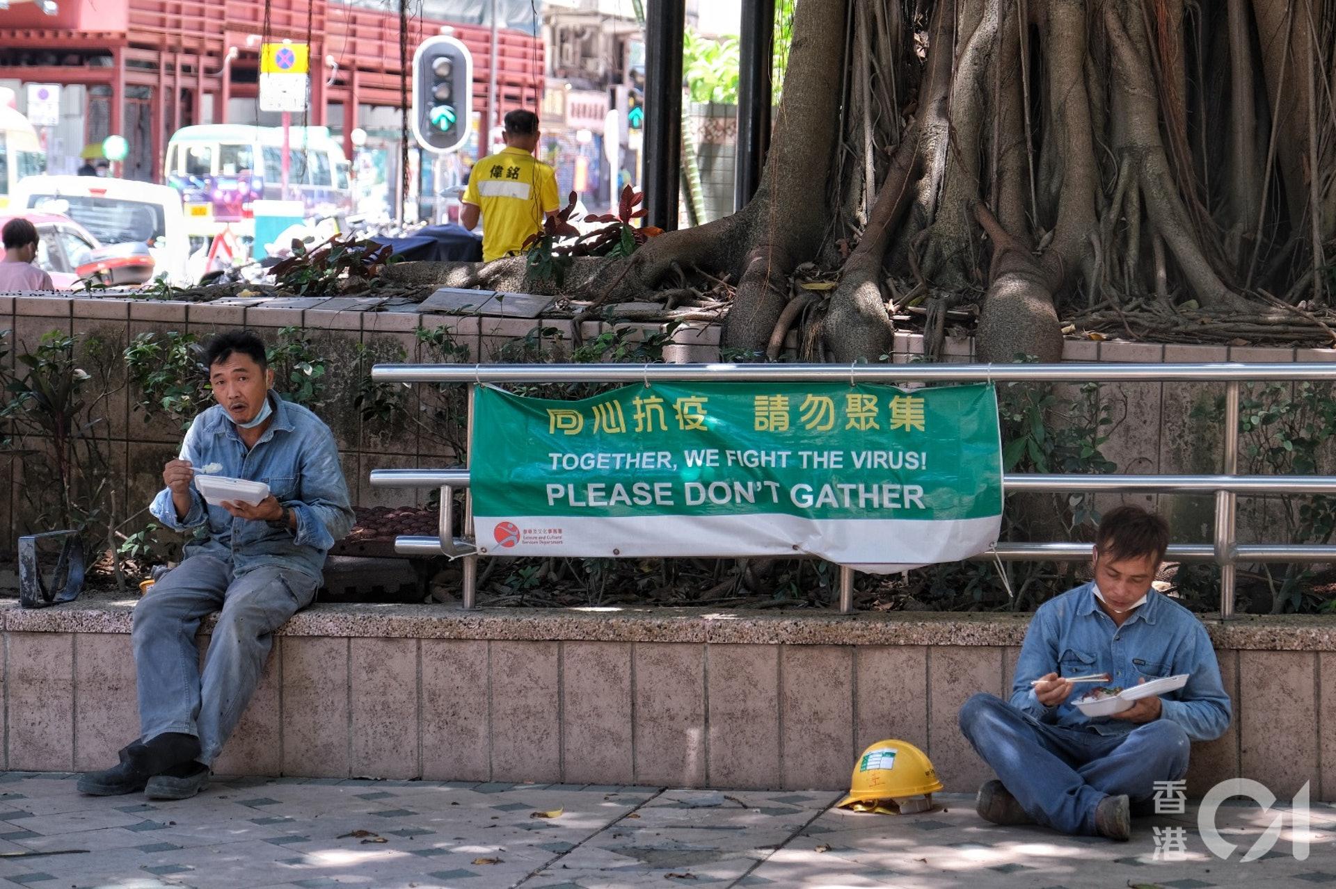 7月30日,炎熱天氣下不少人都躲到樹蔭下進食午餐。(羅君豪攝)