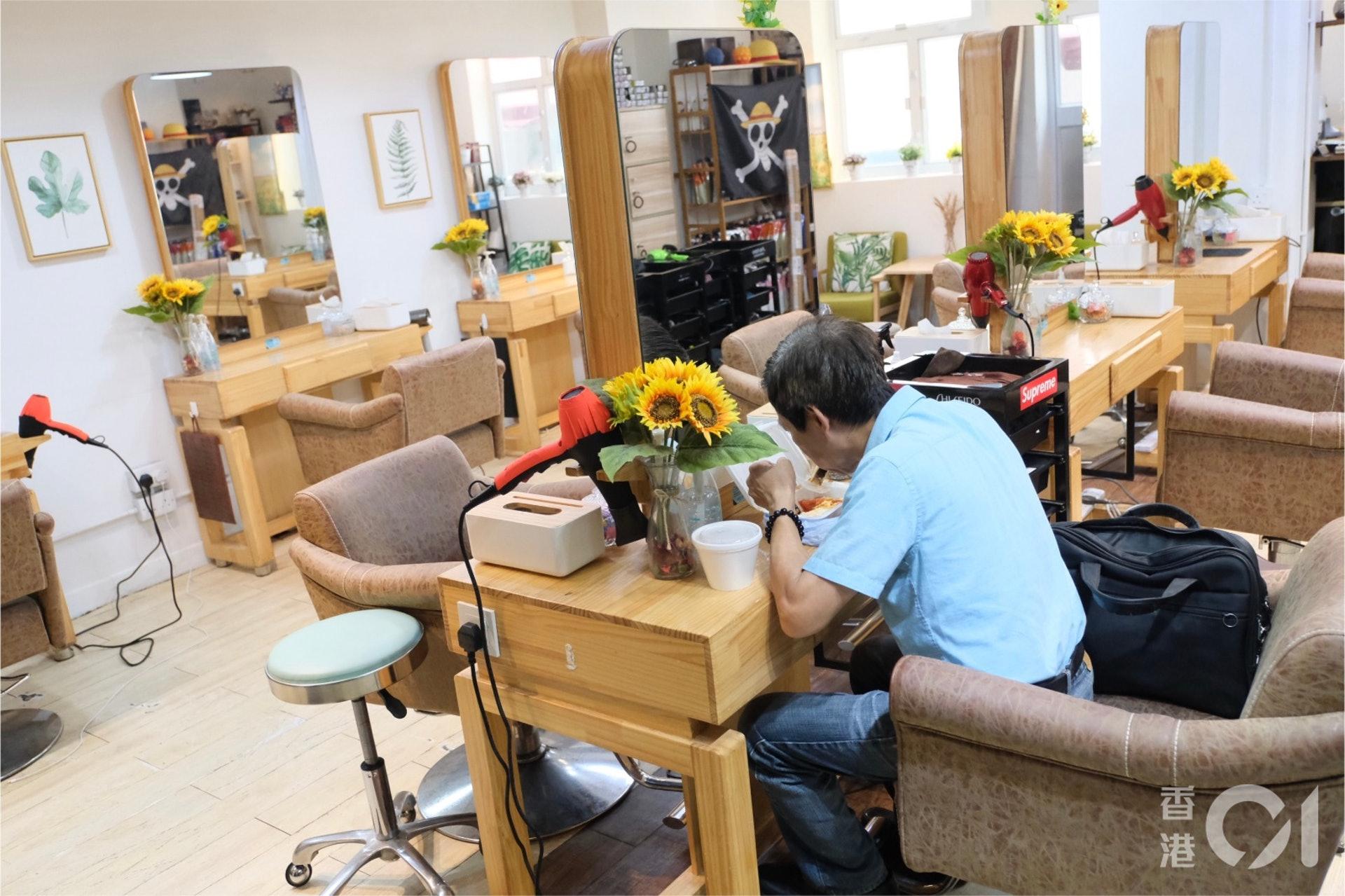 7月30日,全日禁堂食令下有髮型屋開放讓市民入內進餐。(盧翊銘攝)