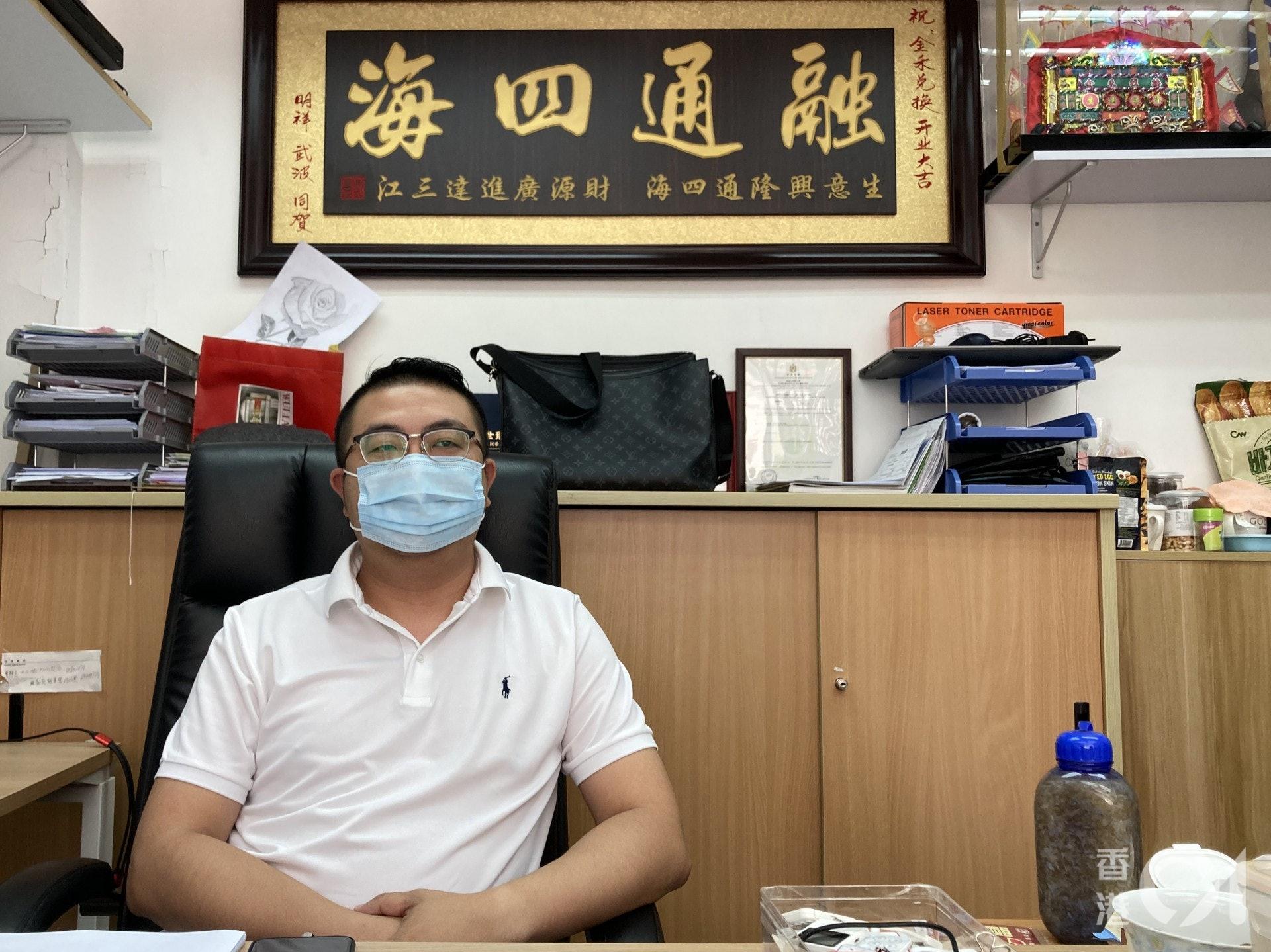 陳先生透露,街上約有6成的兌換店為內地人經營,疫情下店主不能往返中港兩地,惟有「劈炮」蝕按金關門。(歐陽德浩攝)