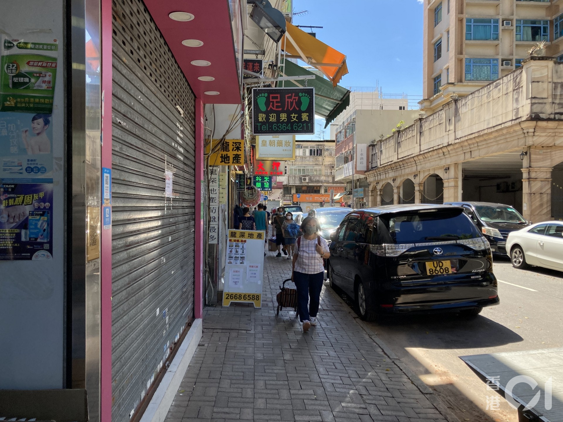 記者昨日(30日)到上水觀察,發現街道上人流稀少,將近一半的藥房、化妝品店、兌換店已倒閉,亦有部分在鐵閘外貼上暫停營業的告示。(歐陽德浩攝)