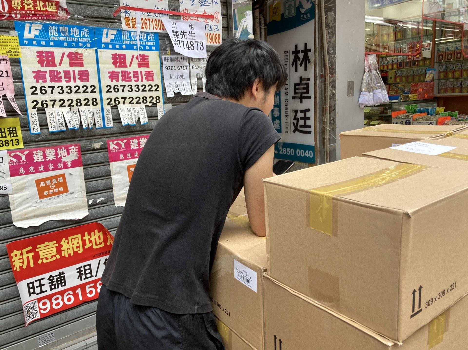 王先生透露,農曆新年後已失去藥房銷售員的工作,惟有轉行兼職送貨以維持收入。(歐陽德浩攝)