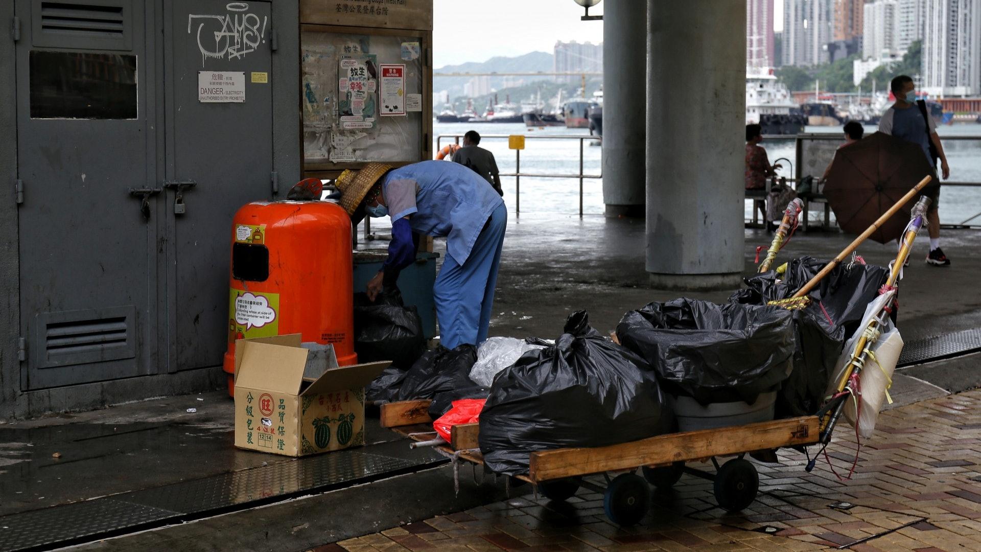 疫情下外賣需求急增,垃圾桶亦很快滿溢,清潔工惟有勤換袋。(鄧栢良攝)