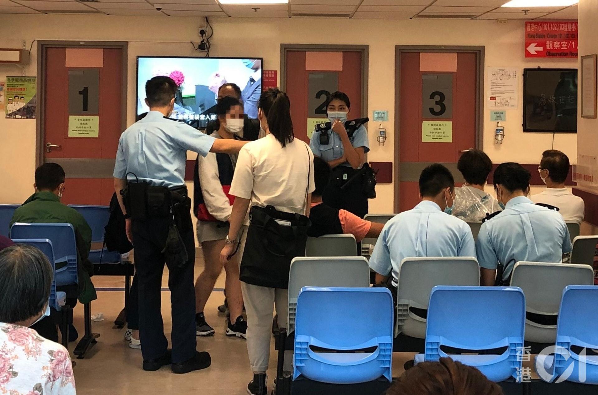 警員接報到場,以傷人罪名拘捕少女,事後少女由救護車送院治理。(鄧詠中攝)