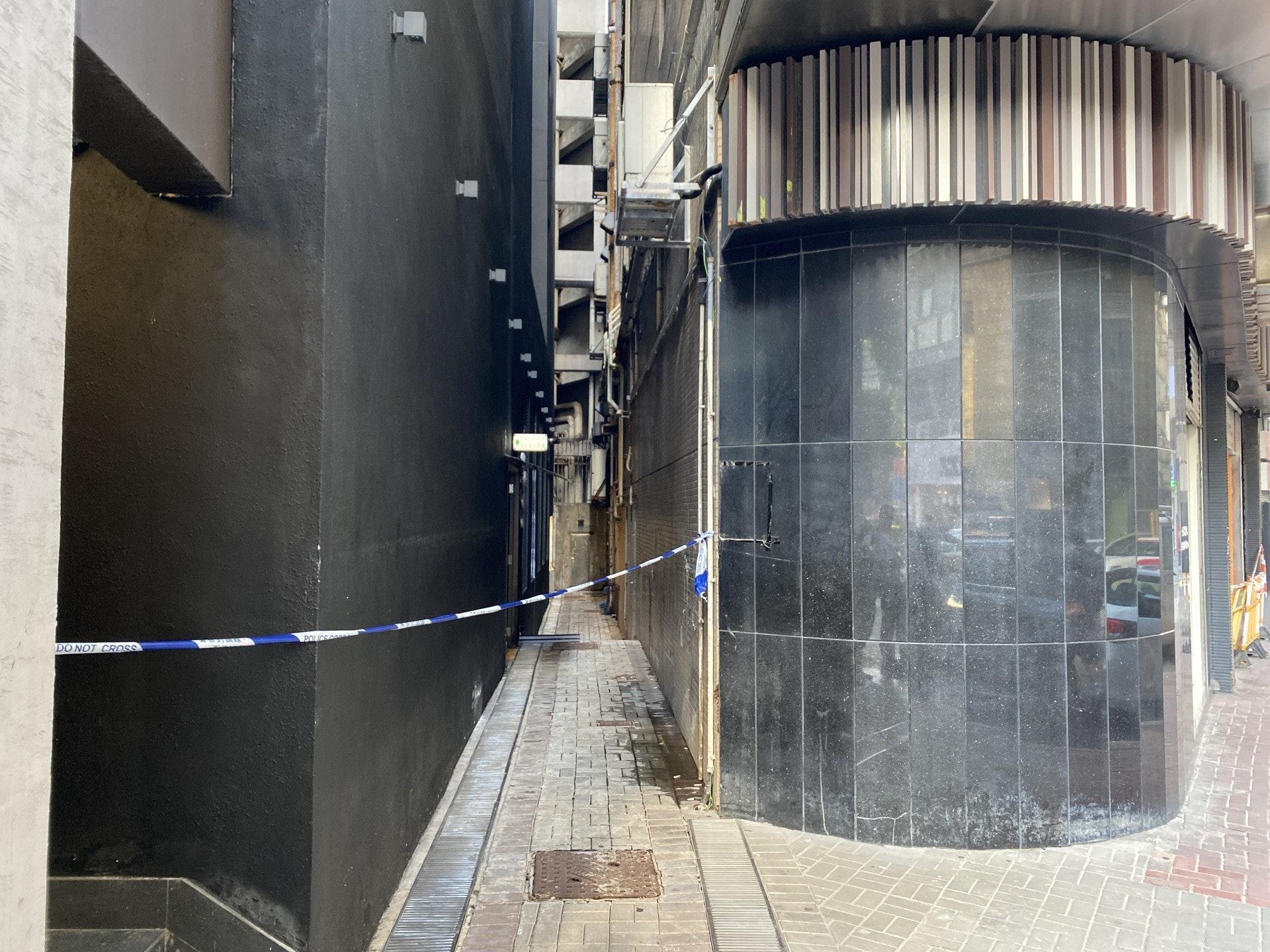 警方封鎖酒店一條後巷調查。(陳浩然攝)