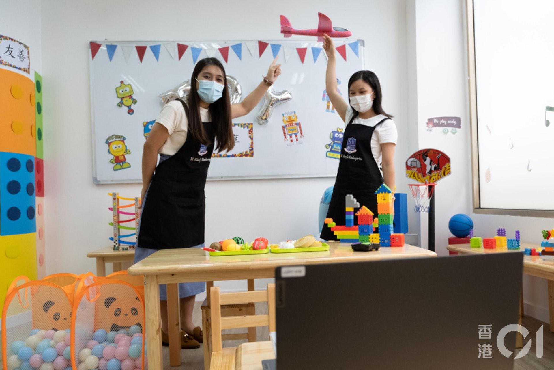 老師角色扮演學生日常玩玩具、上課的情況,教學生社交禮儀。(盧翊銘攝)