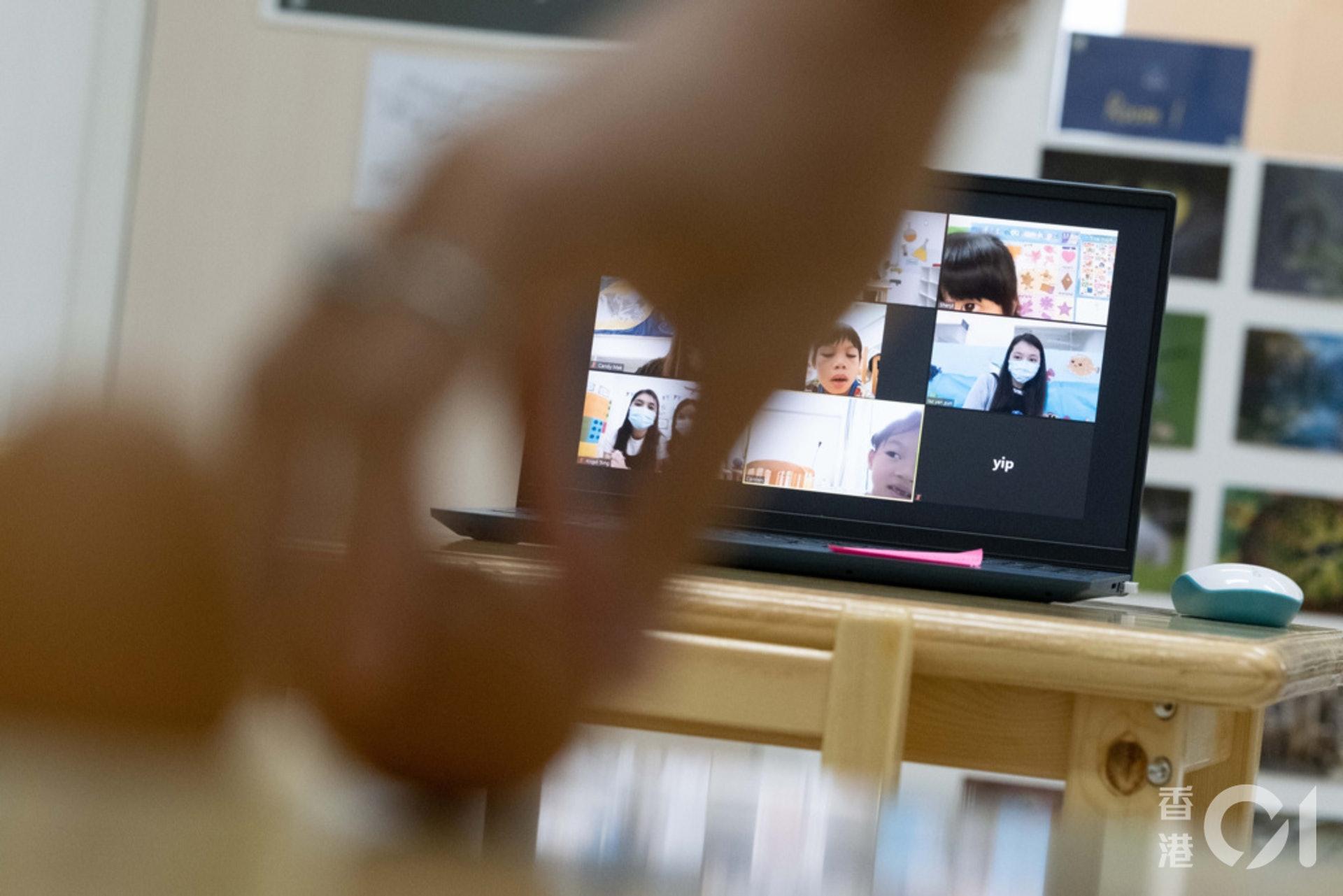 德萃幼稚園部教學團隊指,網課期間會向家長提供包裝好的教材,又或以家中易拿取的物品教學,方便家長輔助學生學習。(盧翊銘攝)