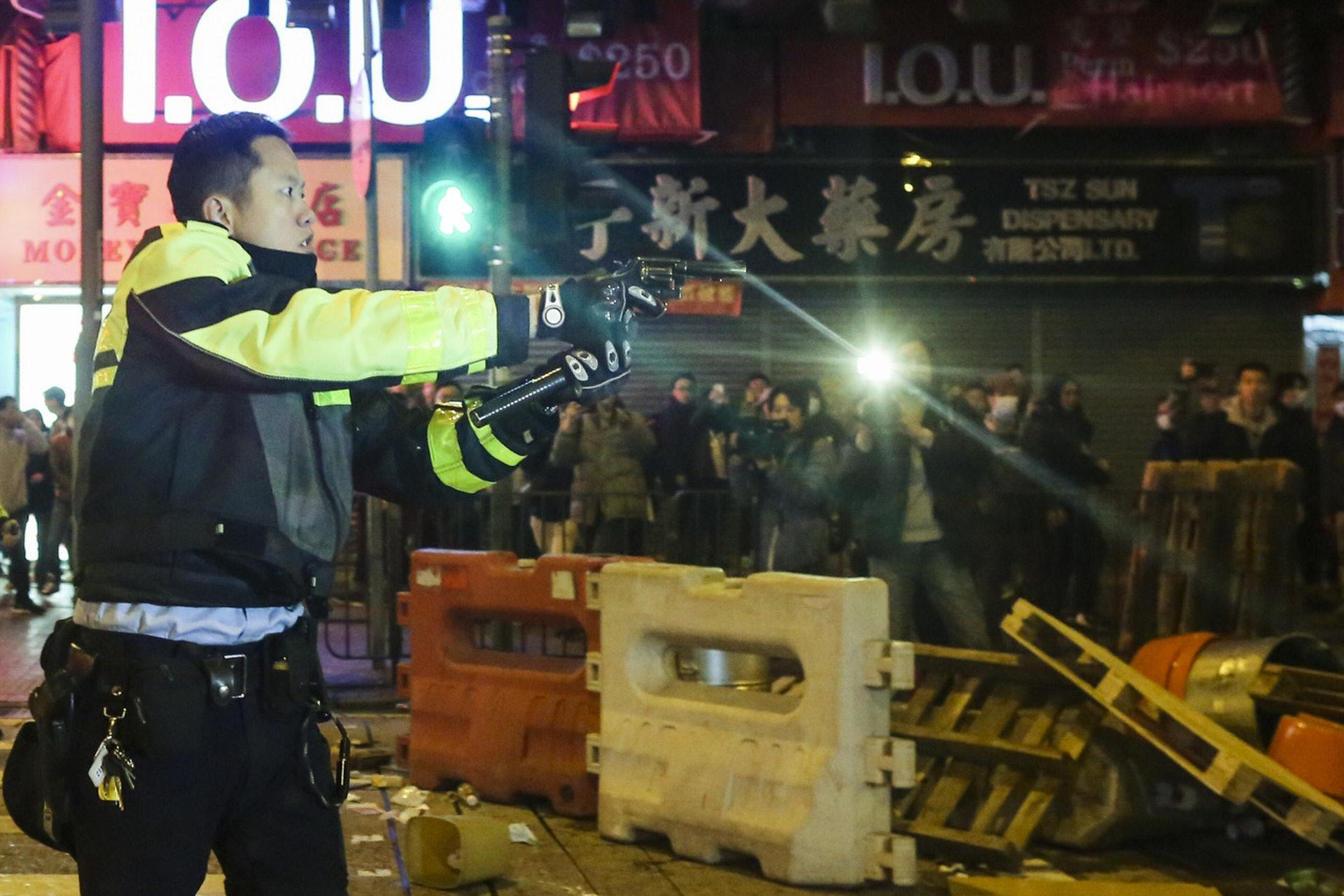 旺角騷亂中,向天鳴槍示警的交通警,曾一度將槍口指向示威者。(資料圖片)