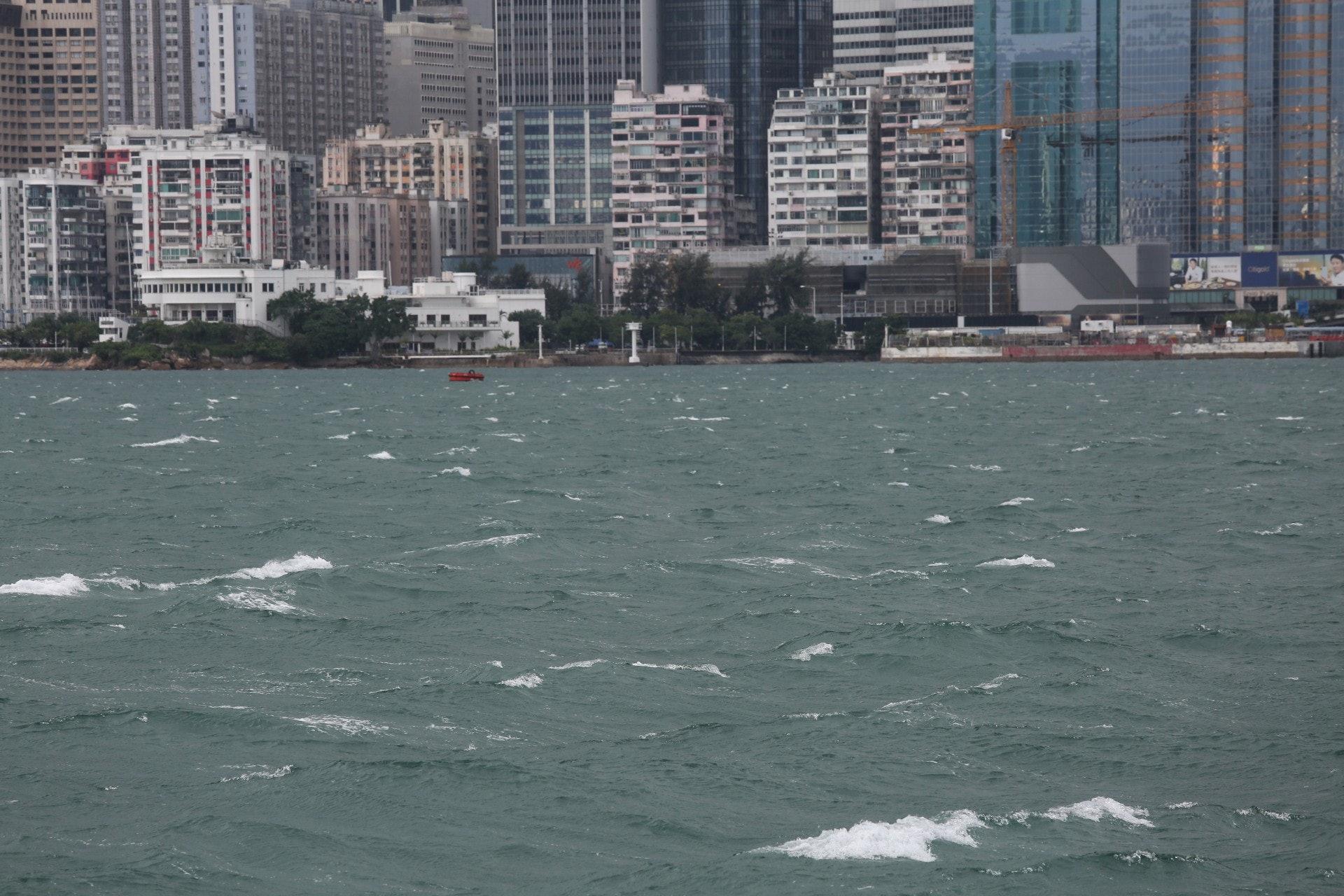 10月13日,8號風球生效後,維港海面有白頭浪。(張浩維攝)