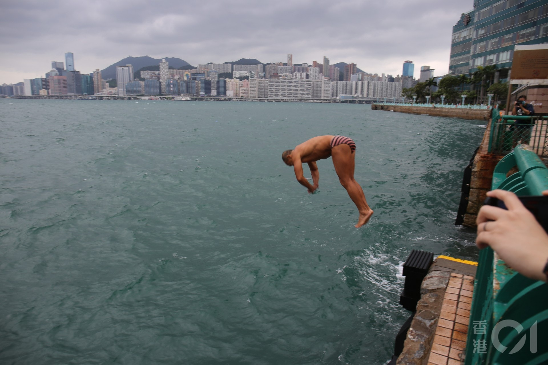 【浪卡風球】紅磡碼頭:不少泳客到場游早泳。(陳蕾蕾攝)