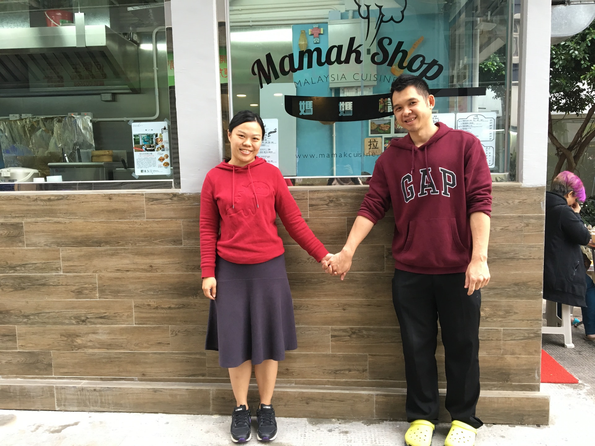 媽媽檔由「過江龍」店主阿傑(右)和太太Joanna(左)一起經營。(王淑君攝)