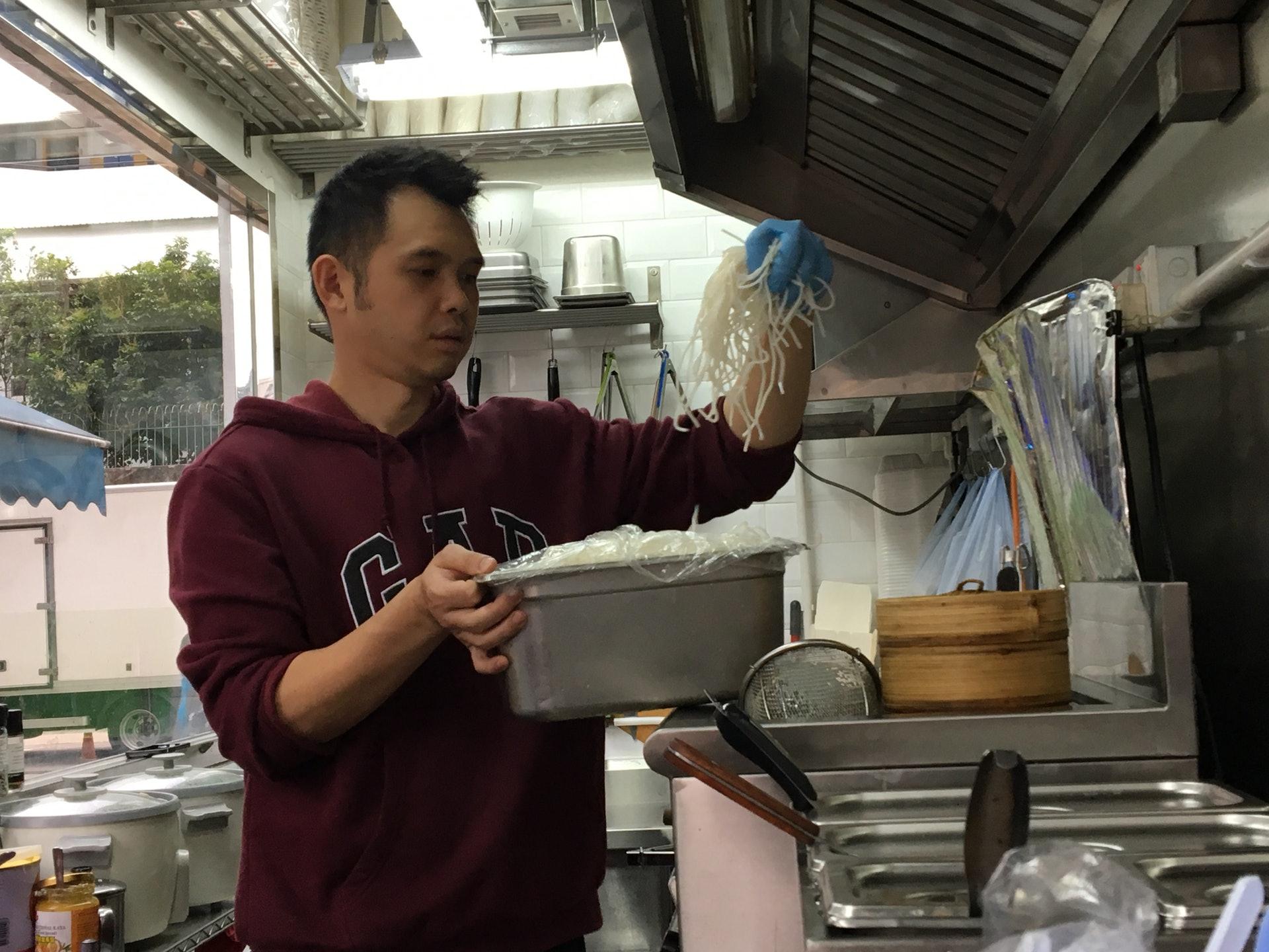 阿傑懂得5、6個國家的菜式,但創業時只想分享兒時最愛的味道--媽媽煮的喇沙。(王淑君攝)