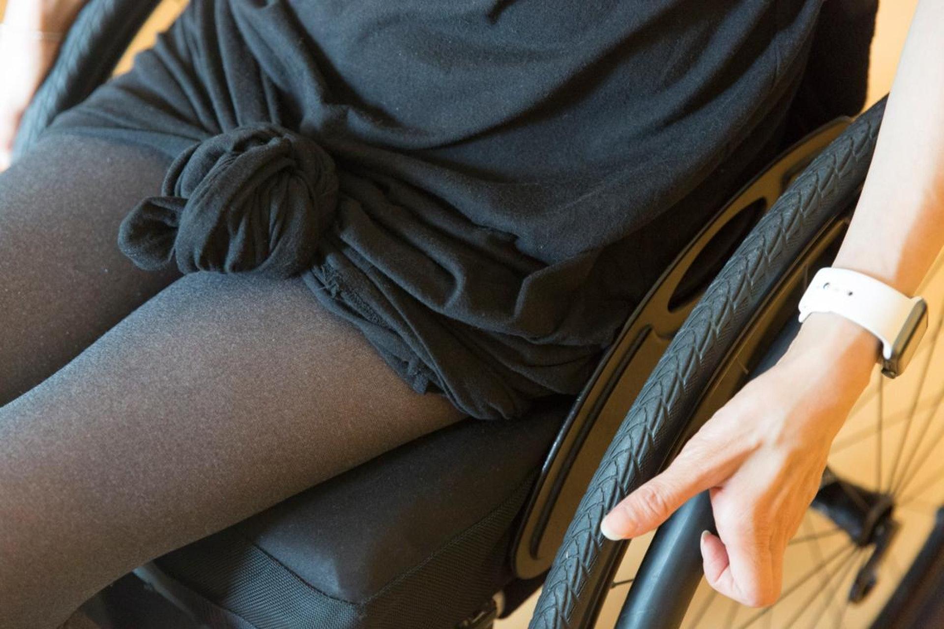 上廁所時,長裙容易掉入馬桶中,Rabi會先把裙擺打結,因此易皺的材質也非首選。