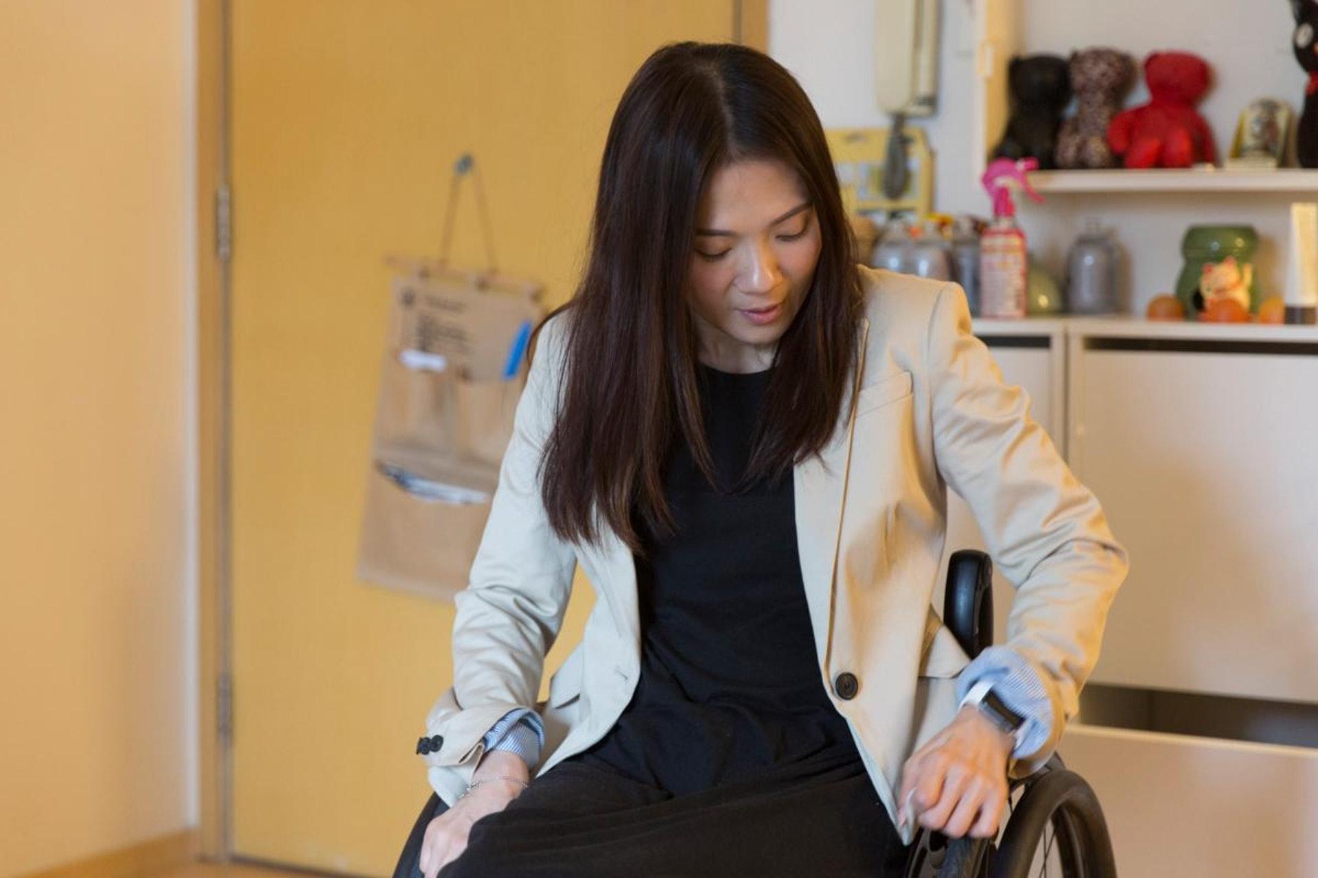 現時Rabi自創設計公司,有時需穿得正式點,但西裝褸的緊身剪裁,不方便推輪椅,穿上變得緊皺皺,腋下位亦常因為動作太大而裂開。