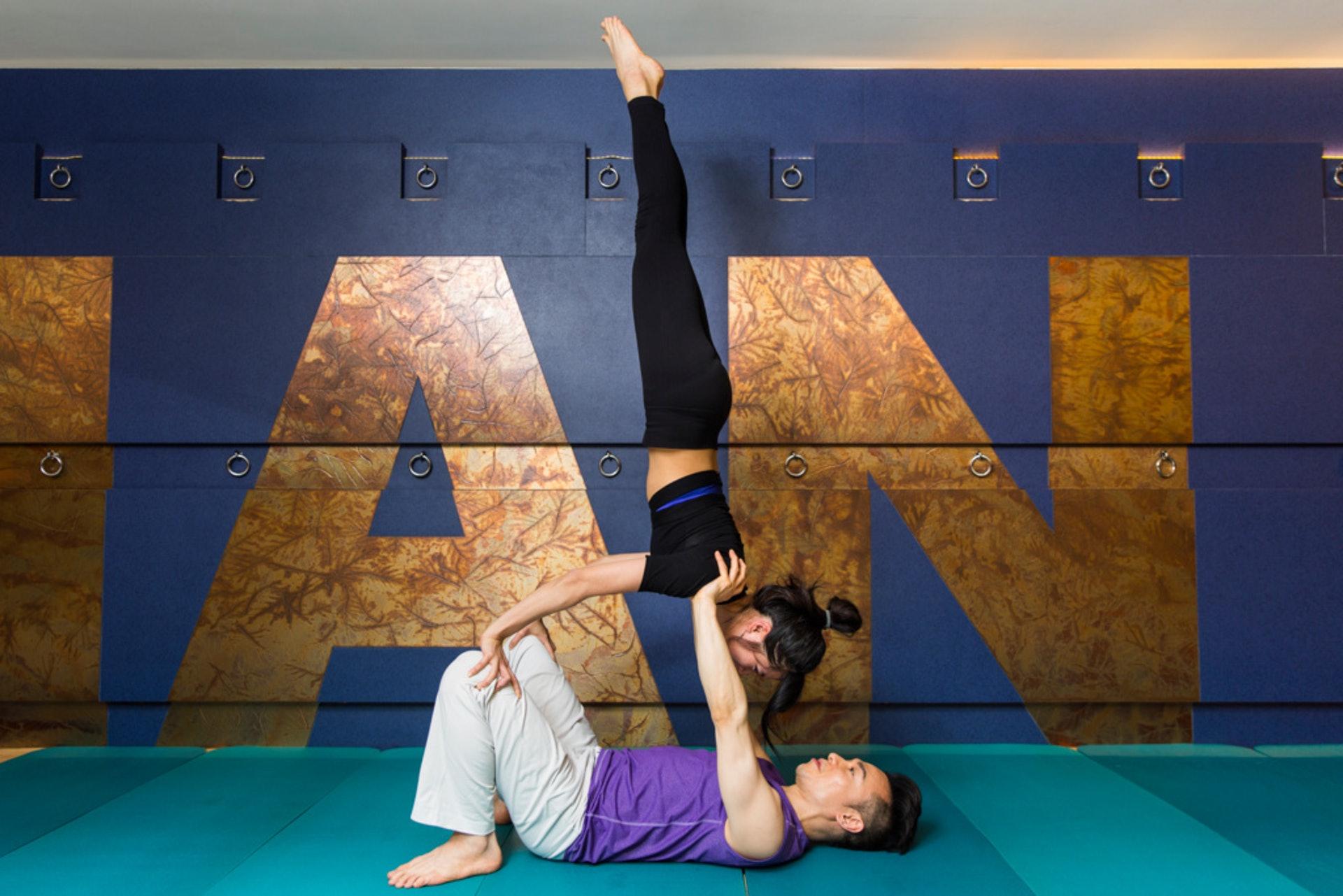 雙人瑜珈講求信任和配合,也是情侶增進感情的一種方法。但圖為高難度動作,要有導師指導才做呀!(圖下:香港瑜珈協會主席劉泓汛)