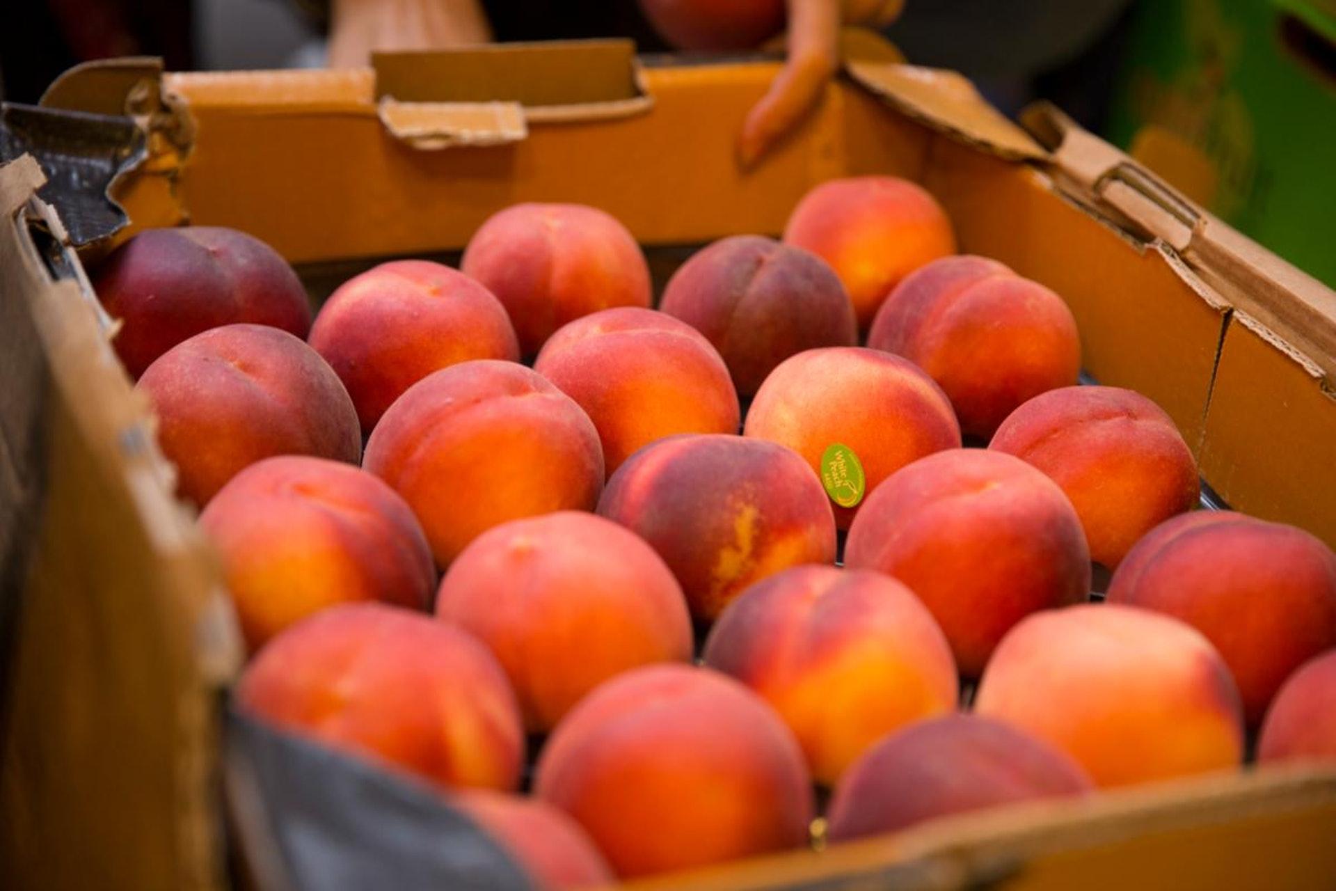 如果水果肉質已變軟,那麼洗掉了霉菌也不應進食。(資料圖片)
