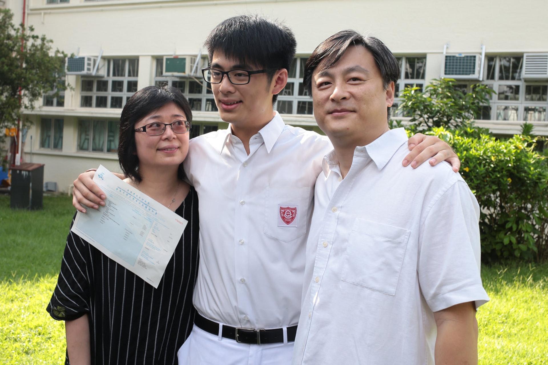 皇仁書院文憑試狀元蔡維澤(中),其父母均任職教師。