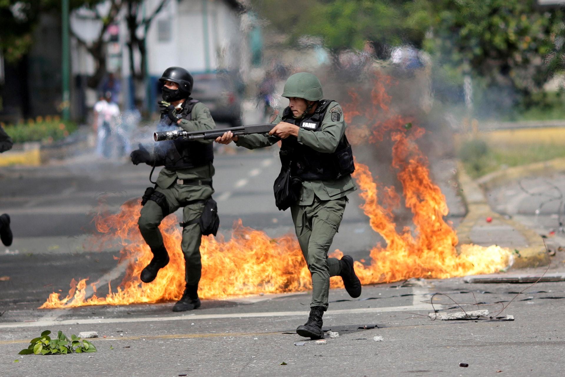 委內瑞拉7月30日舉行極富爭議的修憲選舉。事件引起國民強烈不滿,反對派發起示威及罷工,政府派出安全部隊對抗示威者,安全部隊成員手持武器,瞄准反對總統馬杜羅政府的示威者。(路透社)