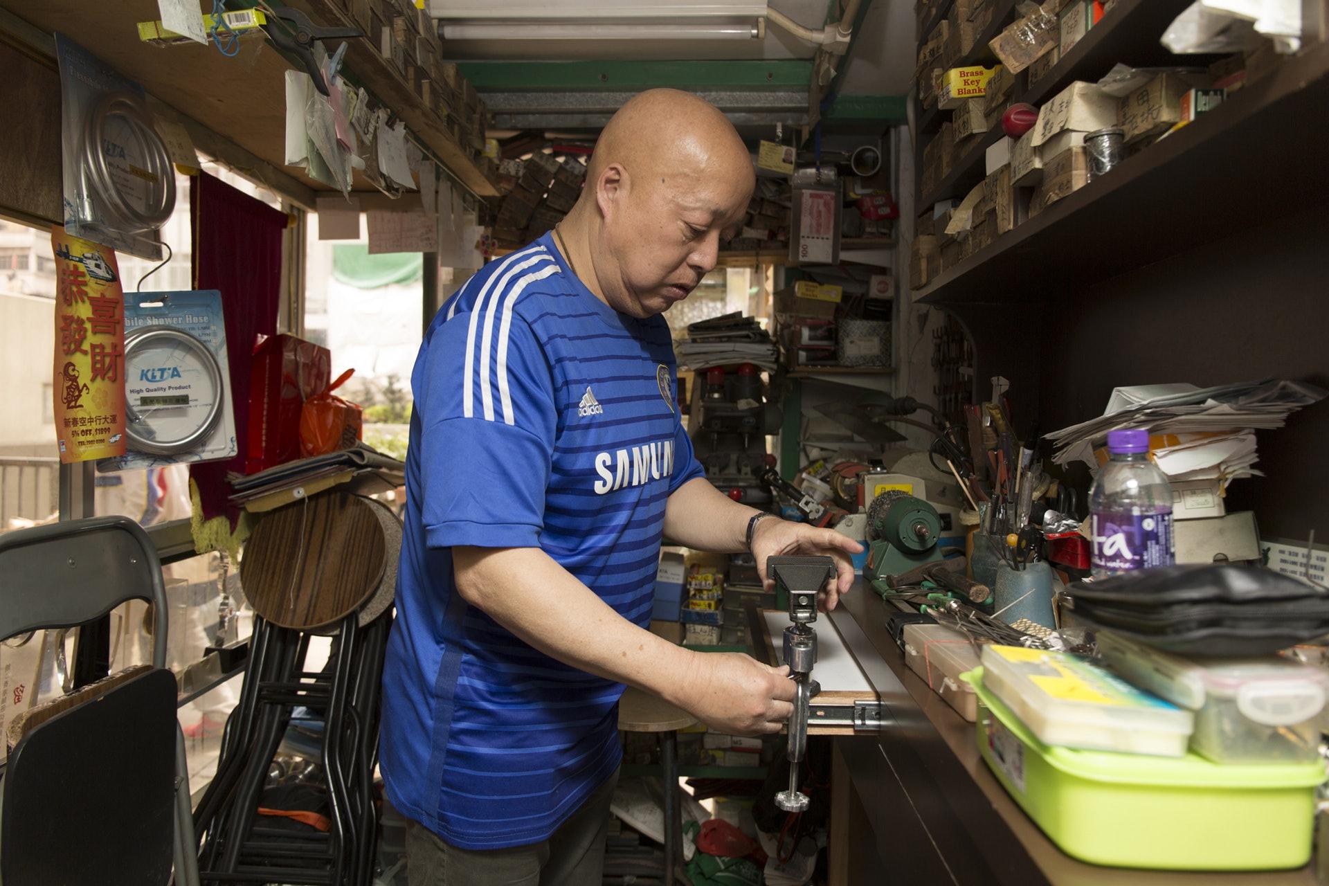 黃瑞昌,出身於鎖匠世家,50年老字號黃華記的第二代傳人,從事鎖匠超過30年。近年開班授徒,將多年累積的經驗和開鎖技術傳給下一代。