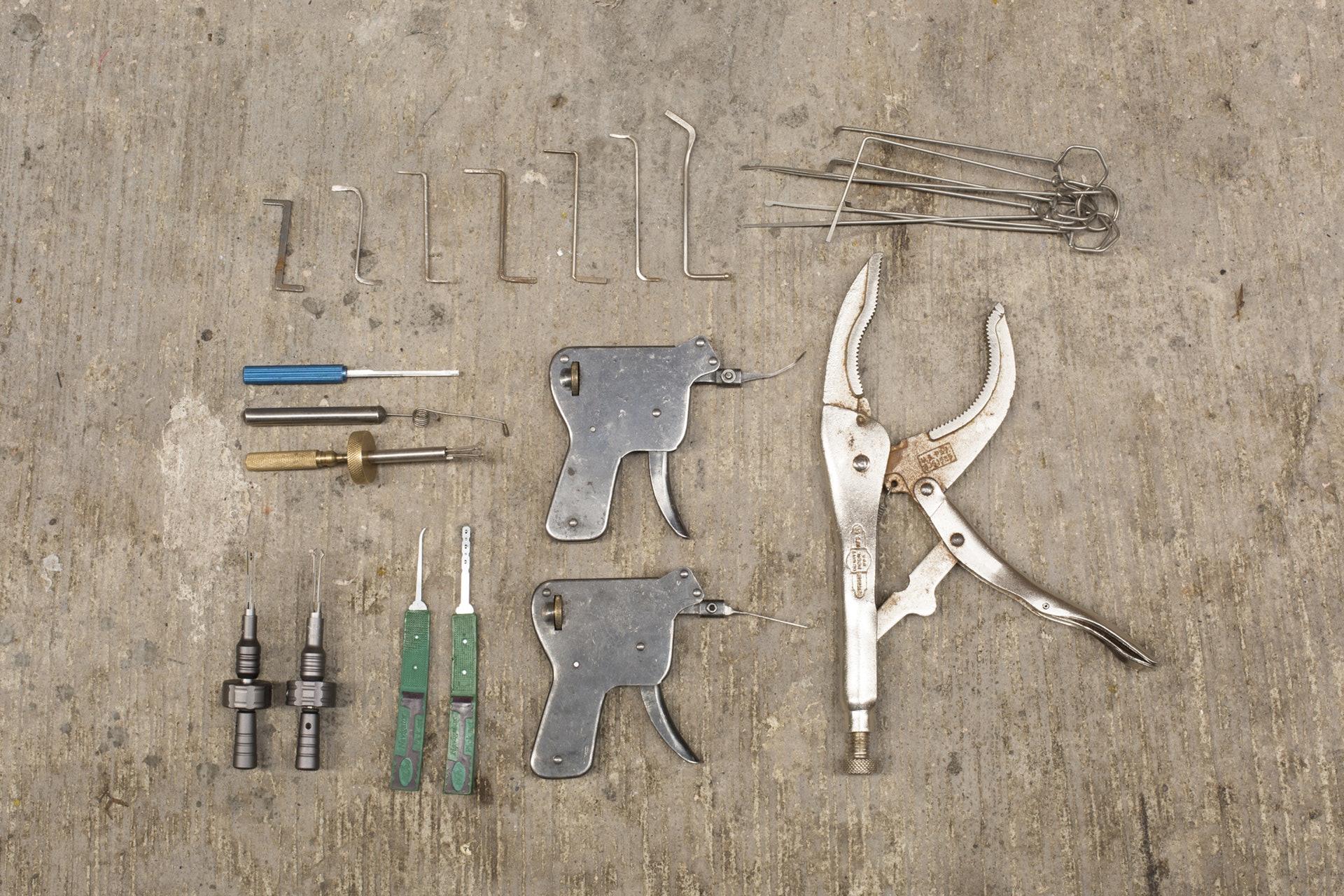 這些是黃瑞昌每天隨身的「搵食工具」,包括大鉗、開鎖槍、開鎖Pick和電腦Pick、自家改良膽手、彈弓膽手,還有他哥哥親手造的「遮骨」(右上角)。