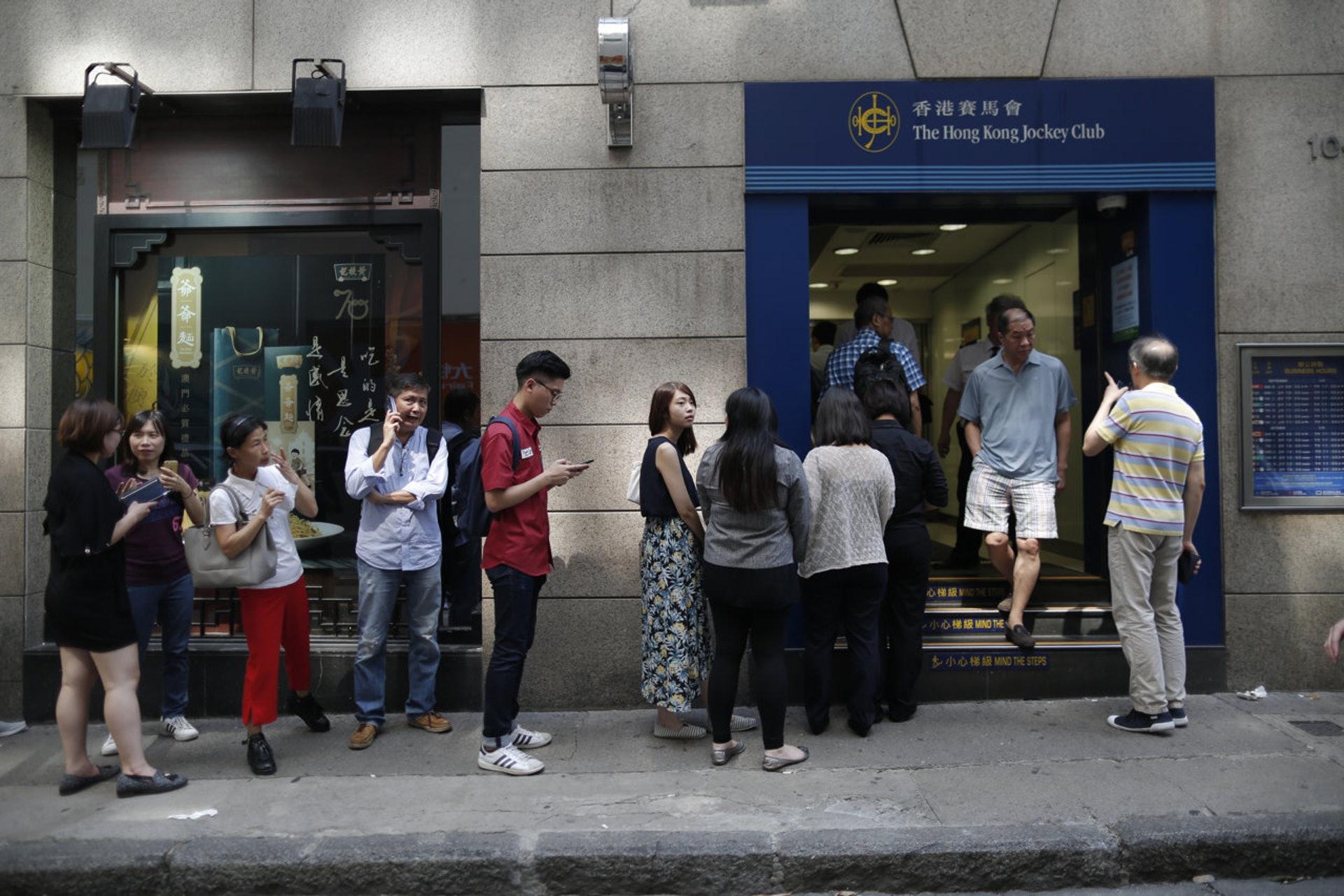 歷來售出最多六合彩頭獎彩票的中環士丹利街投注站,今年仍未「開齋」。(梁鵬威攝)