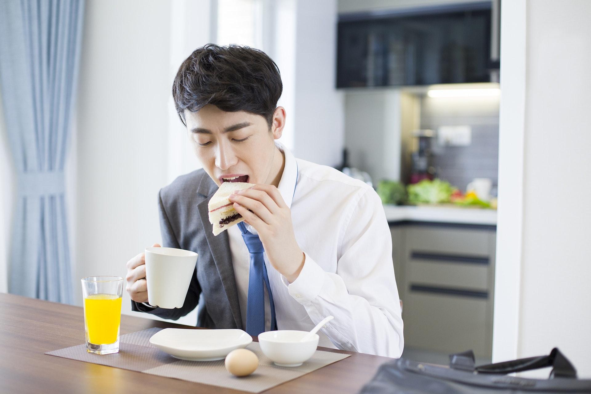 即使好趕時間,食片包、咬隻蛋,都可以幫助你上班醒醒神!(視覺中國)