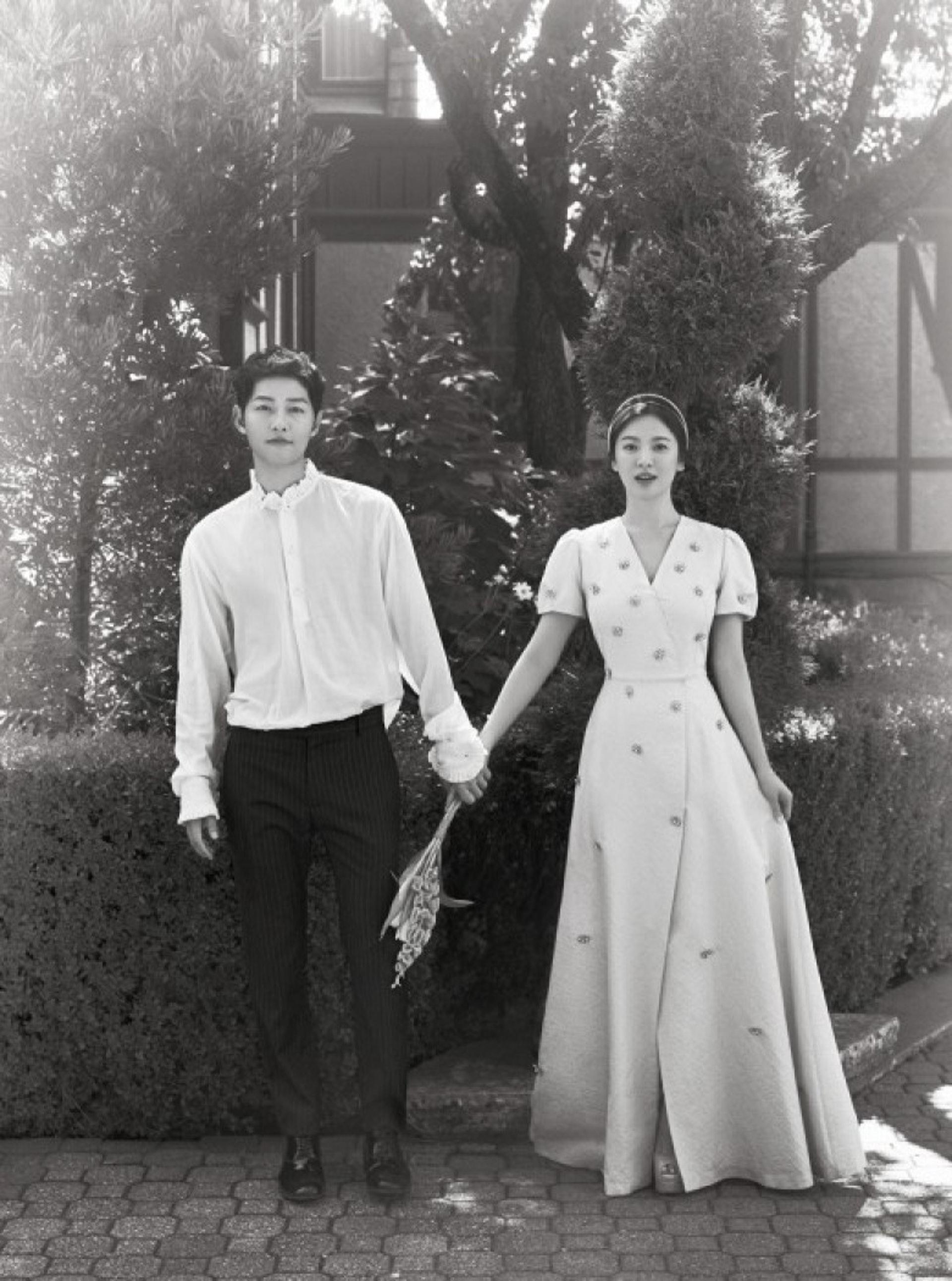 二人的經紀人公司昨晚發佈婚照,當中的裙子比婚紗風格清新。(UAA、Blossom娛樂)
