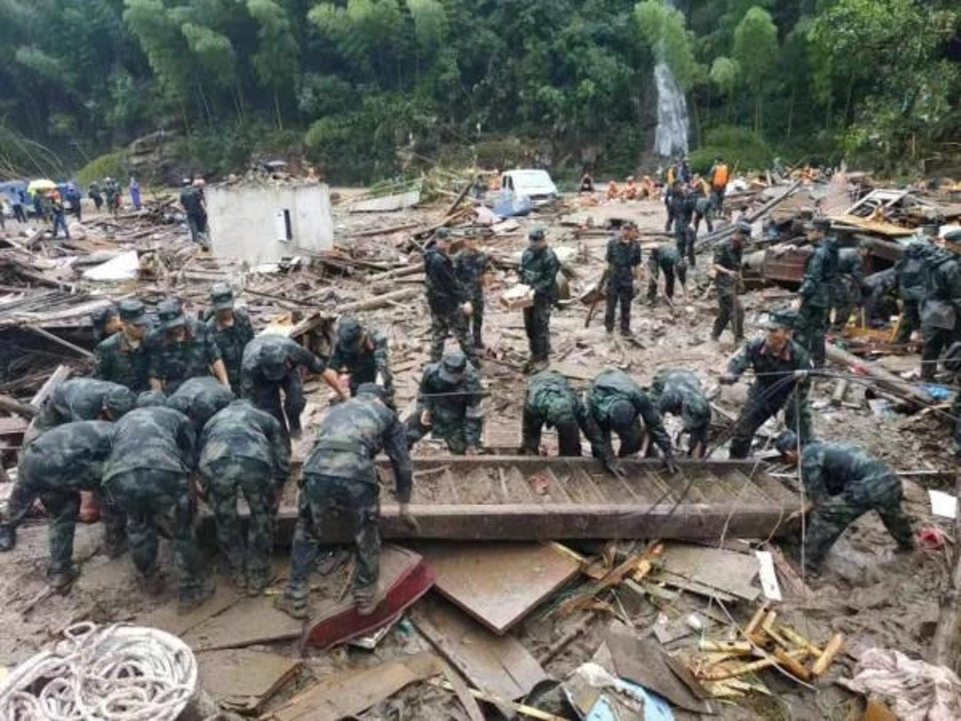 當局出動大量人手搜救失蹤者。(微博)
