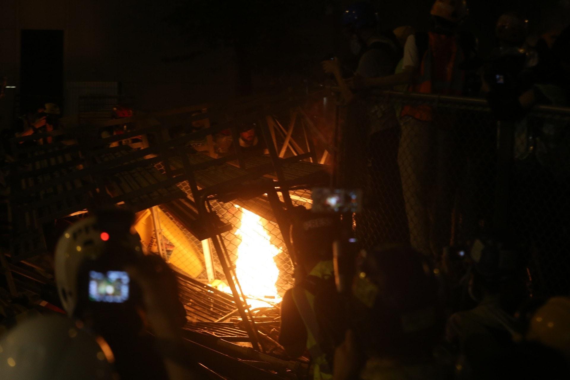昨日的示威活動期間,有示威者燃起火堆。(陳蕾蕾攝)