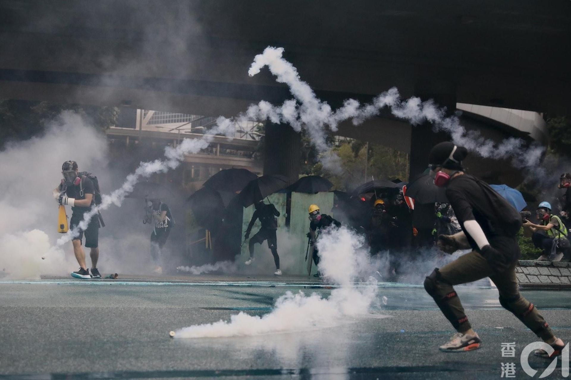 長安劍的文章強調,示威者犯下如此暴行,不要再幻想蒙面就能躲得過逃得脱。(曾梓洋攝)