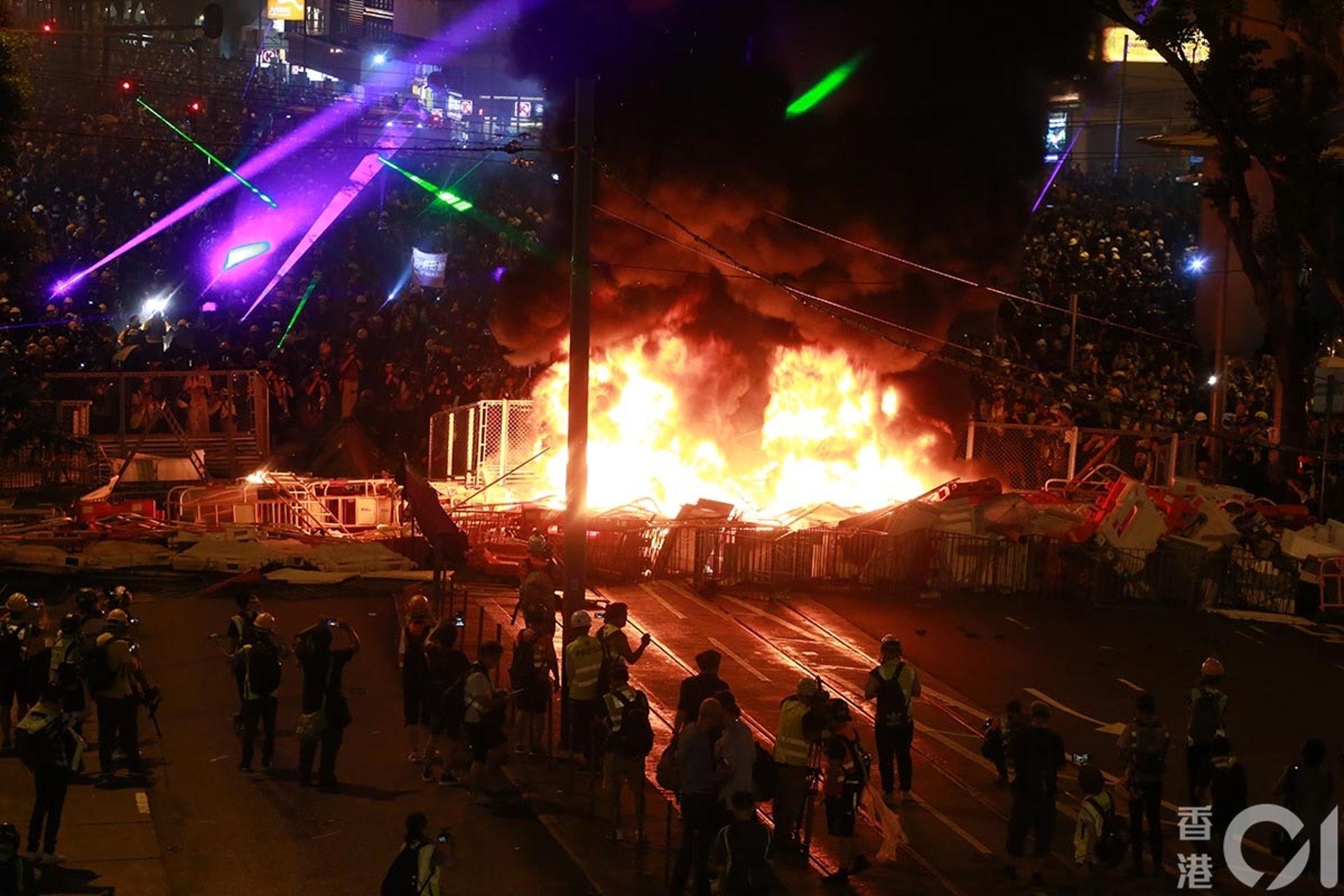 831遊行示威衝突,晚上7點多,灣仔警總附近有示威者燃燒雜物,濃煙漂到半空。(羅國輝攝)