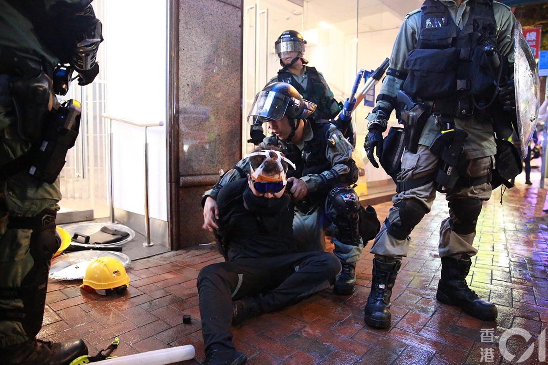 831遊行示威衝突,晚上8點多,警方在灣仔拘捕示威者。(羅國輝攝)