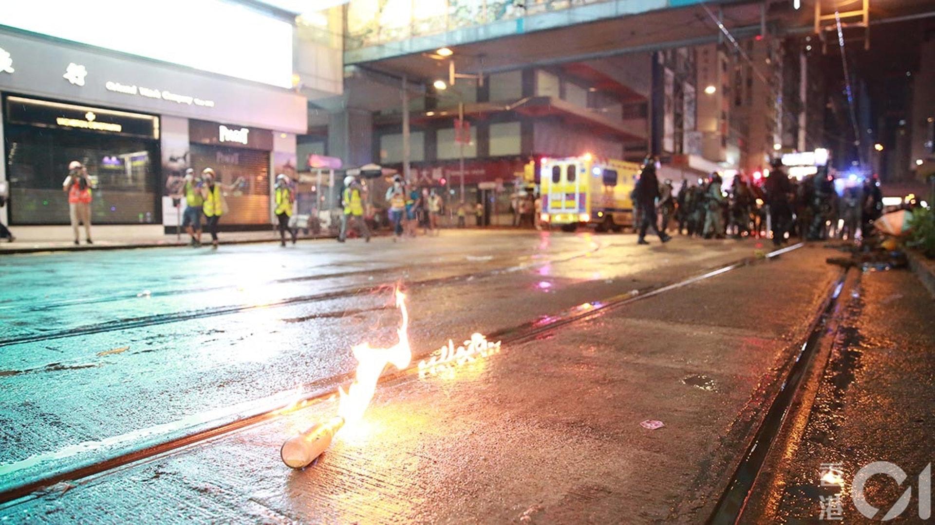 831遊行示威衝突,晚上8點多,警方在銅鑼灣驅散和拘捕示威者,有示威者用燃燒彈還擊。(羅國輝攝)