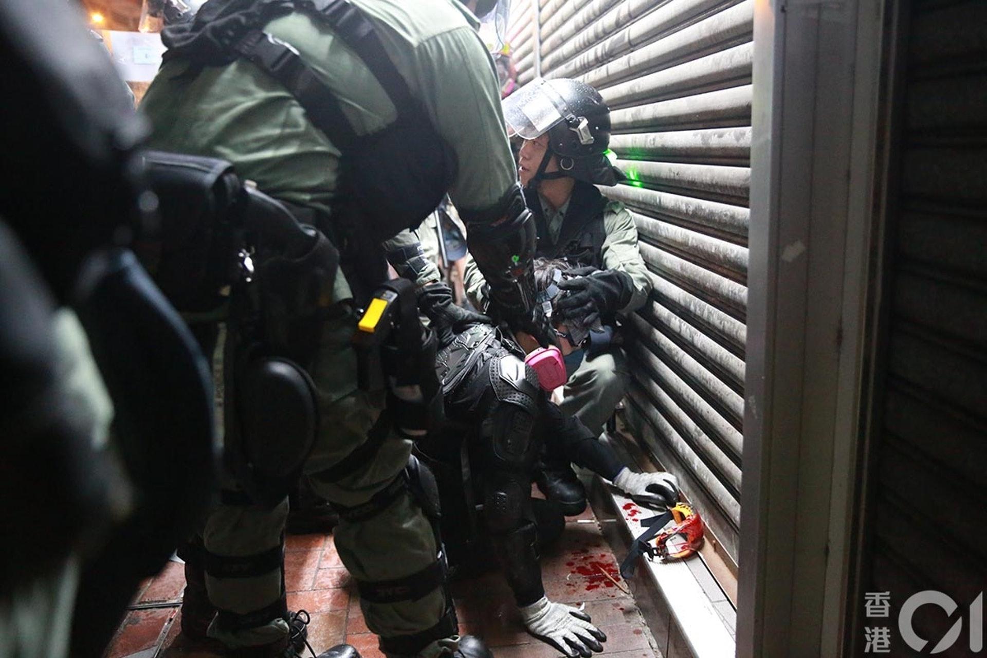 831遊行示威衝突,晚上8點多,警方在灣仔拘捕示威者,被捕人受傷流血,眼罩亦染血。(羅國輝攝)