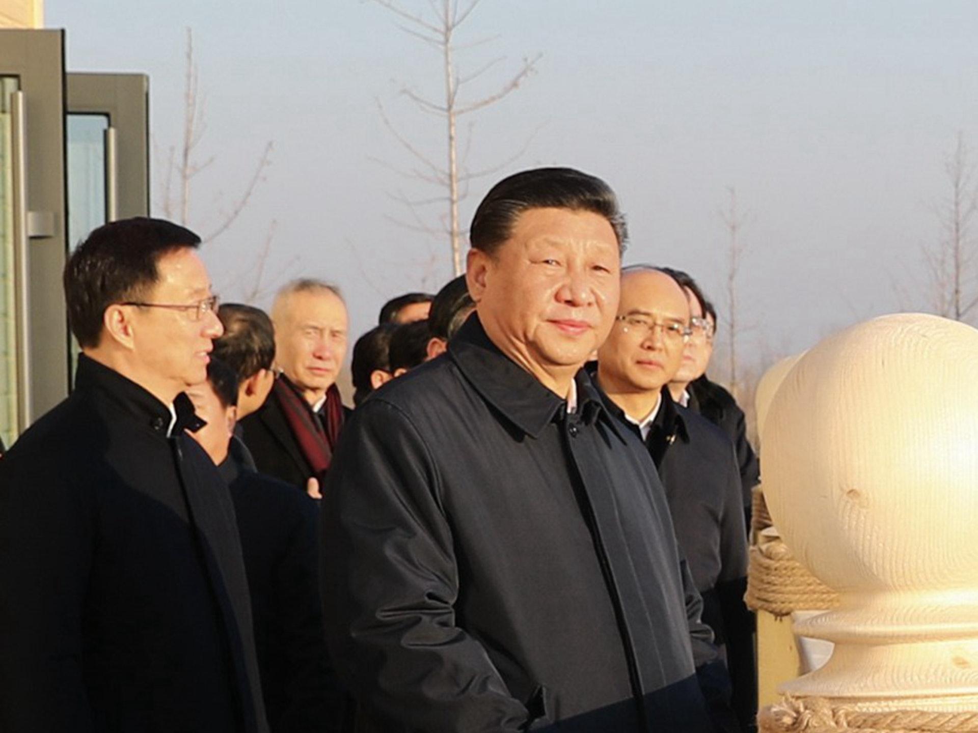 韩正(左一)曾在今年初陪同习近平(右)视察雄安新区。(新华社)
