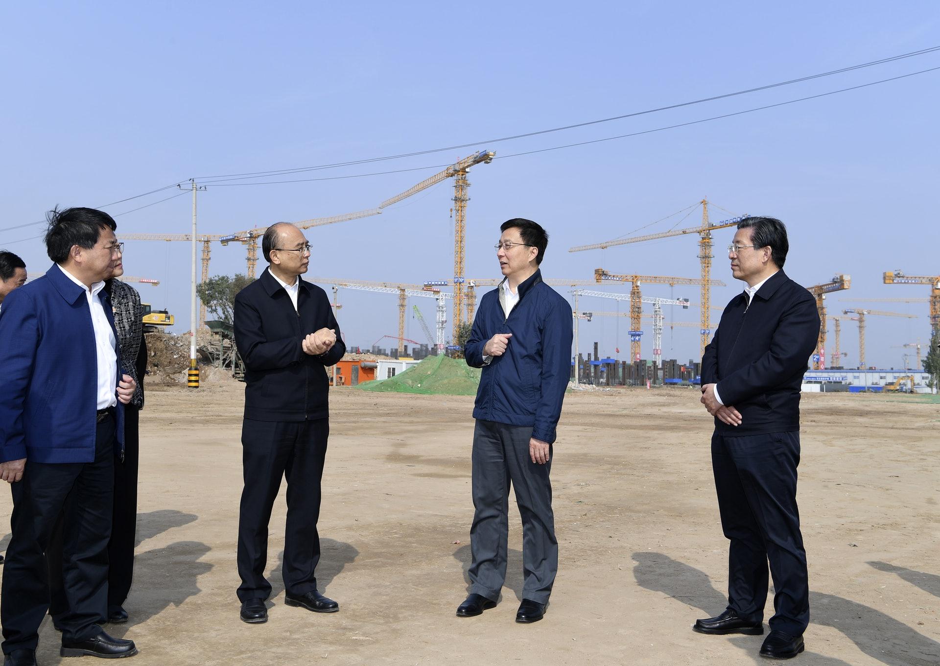韩正在雄县昝岗镇佐各庄村考察征迁安置工作。(新华社)