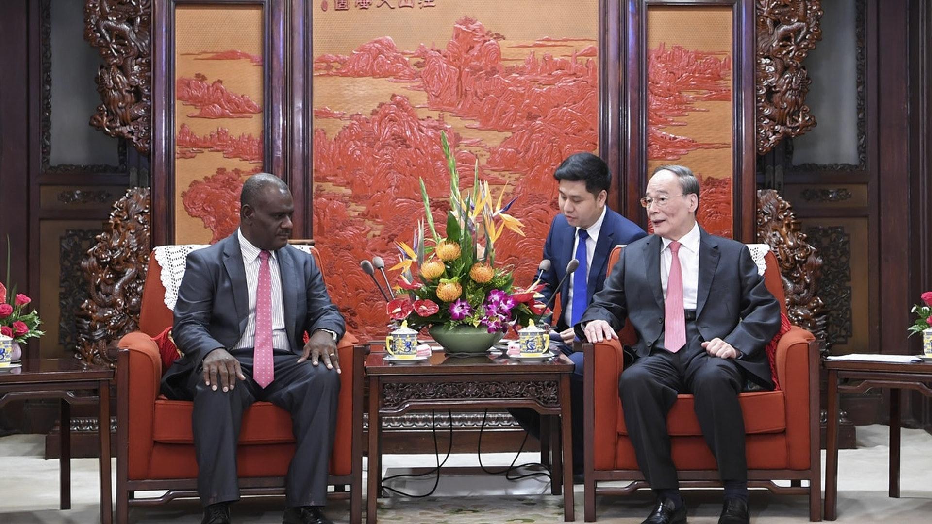 9月23日,国家副主席王岐山在中南海会见所罗门群岛外长马内莱。(新华社)