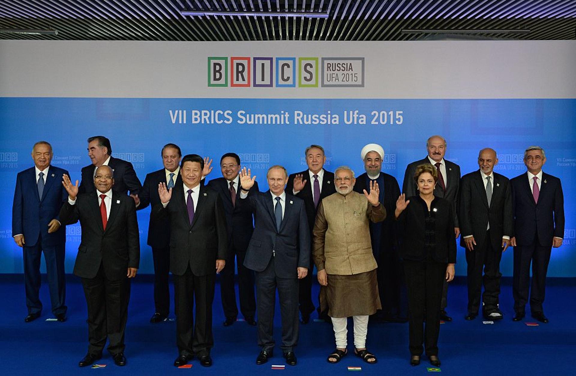 金磚五國峰會:2019年金磚國家峰會於11月13至14日在巴西舉行。圖為2015年7月10日,有份出席金磚國家峰會的五國領導人以及受邀國家領袖在俄羅斯烏法(Ufa)拍攝大合照。(Getty Images)