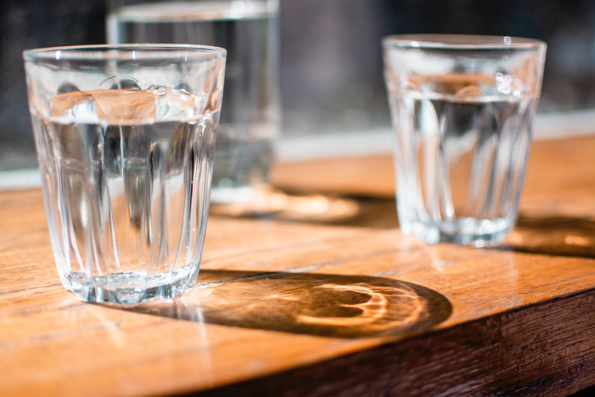 身體水分不足易令代謝廢物積聚腎臟,並成為腎結石,因此應加強補充水分,如多飲水。(Jana Sabeth/unsplash)