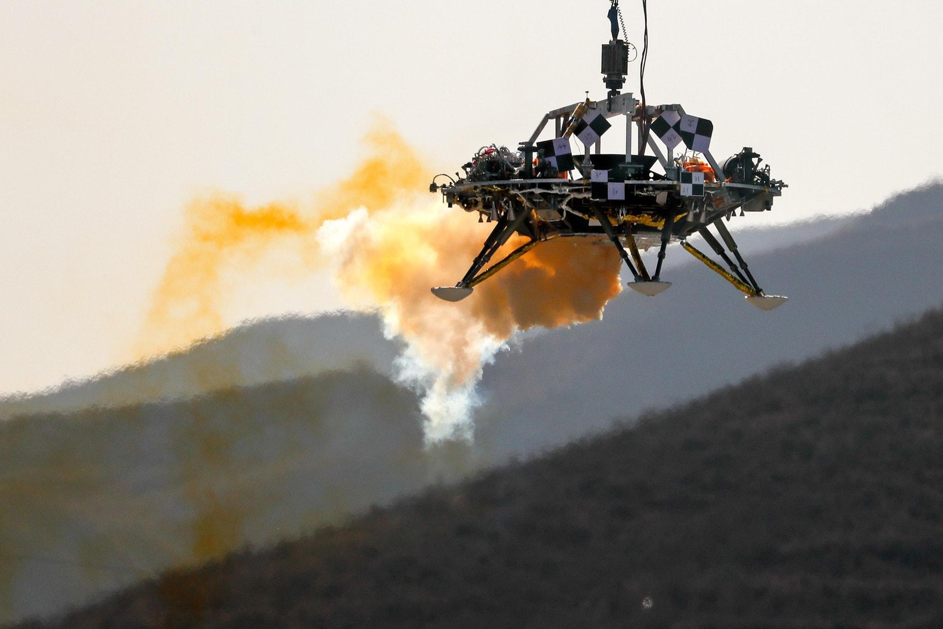 2019年11月14日,在中国河北省怀来市,中国火星探测着陆器在测试悬停、避障和减速能力时被举起。(AP)