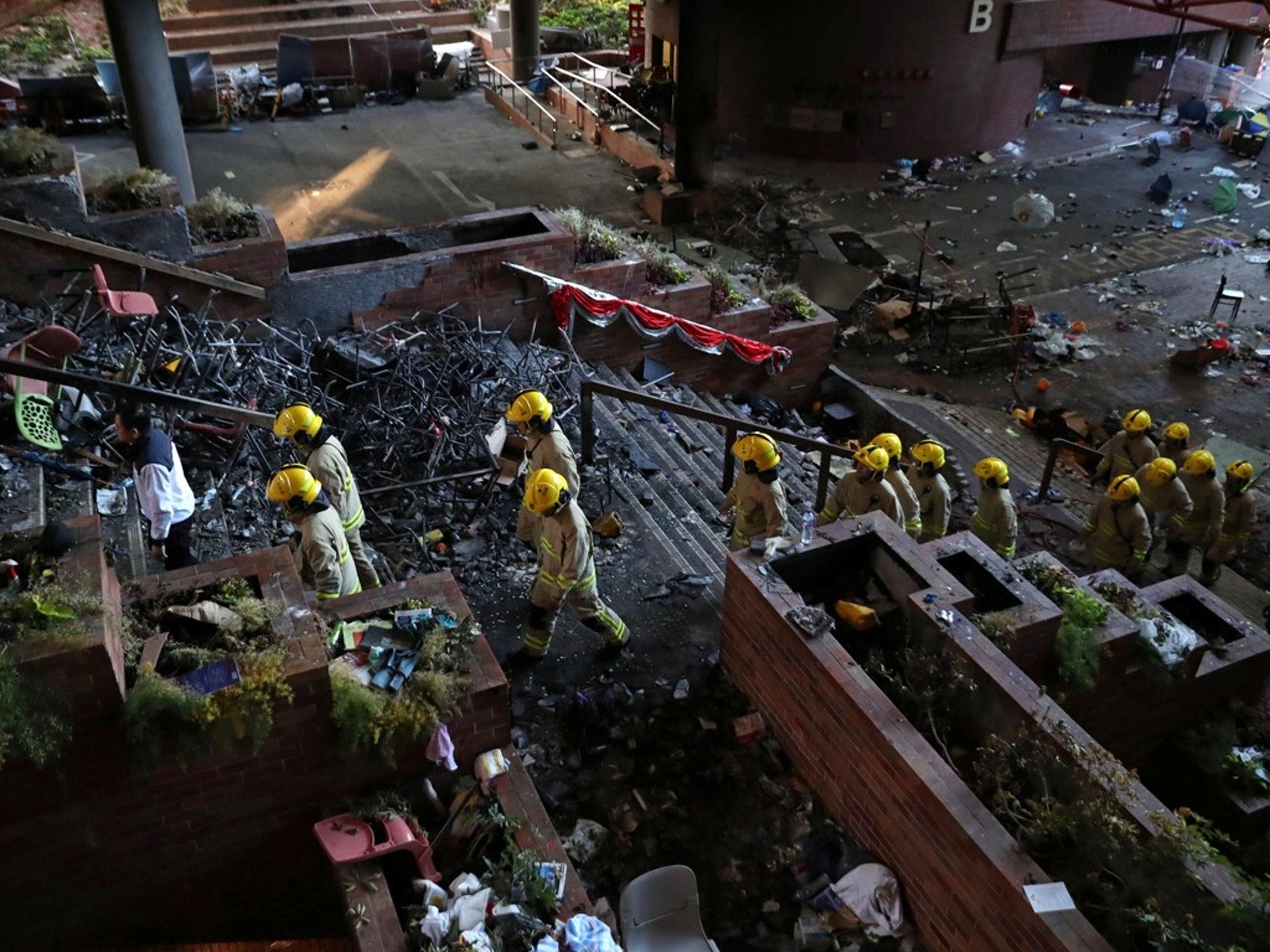 11月28日,由香港警方和地方當局組成的安全小組成員抵達中國香港香港理工大學校園,對不安全物品進行評估和清理。(AP)